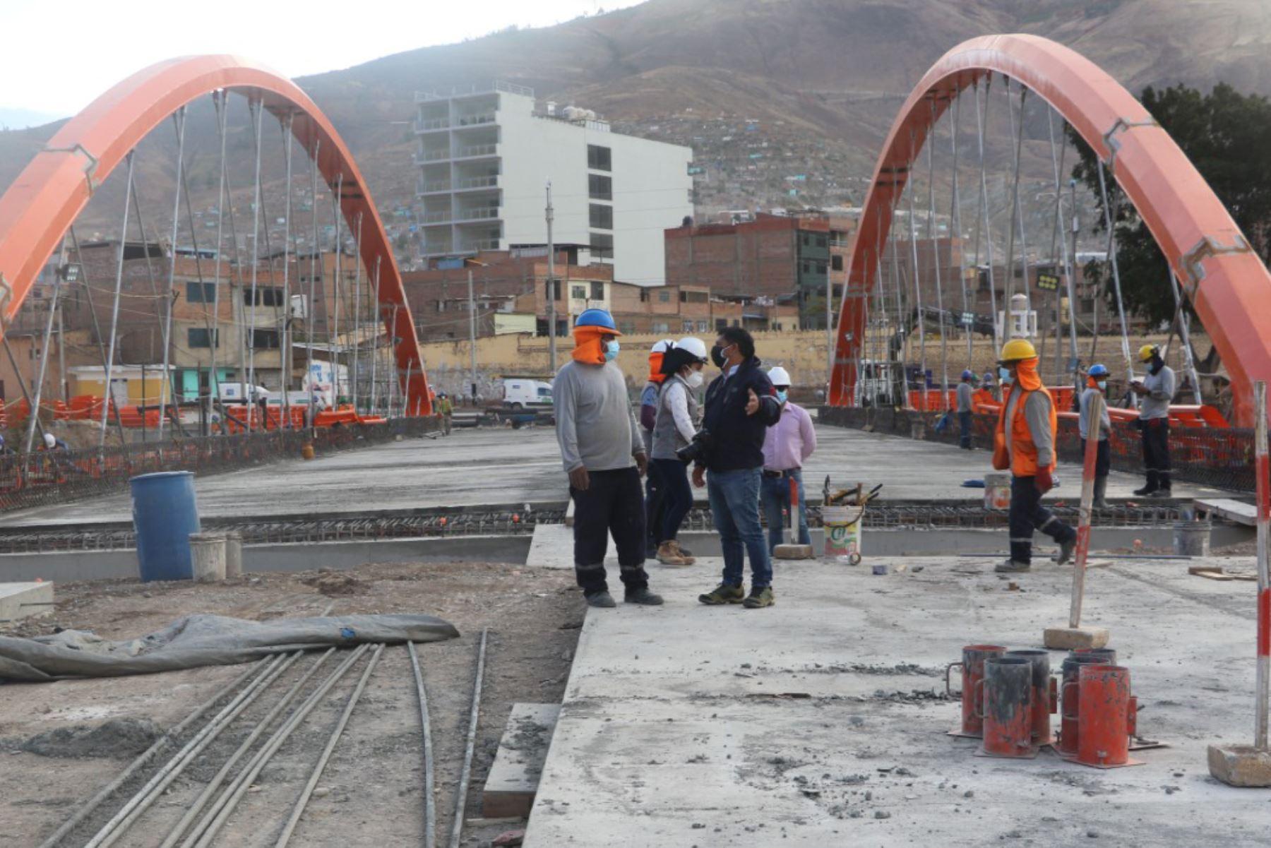 Se trabaja en el tratamiento paisajístico y la iluminación de los accesos al puente Esteban Pavletich, región Huánuco. Foto: ANDINA/Gore Huánuco