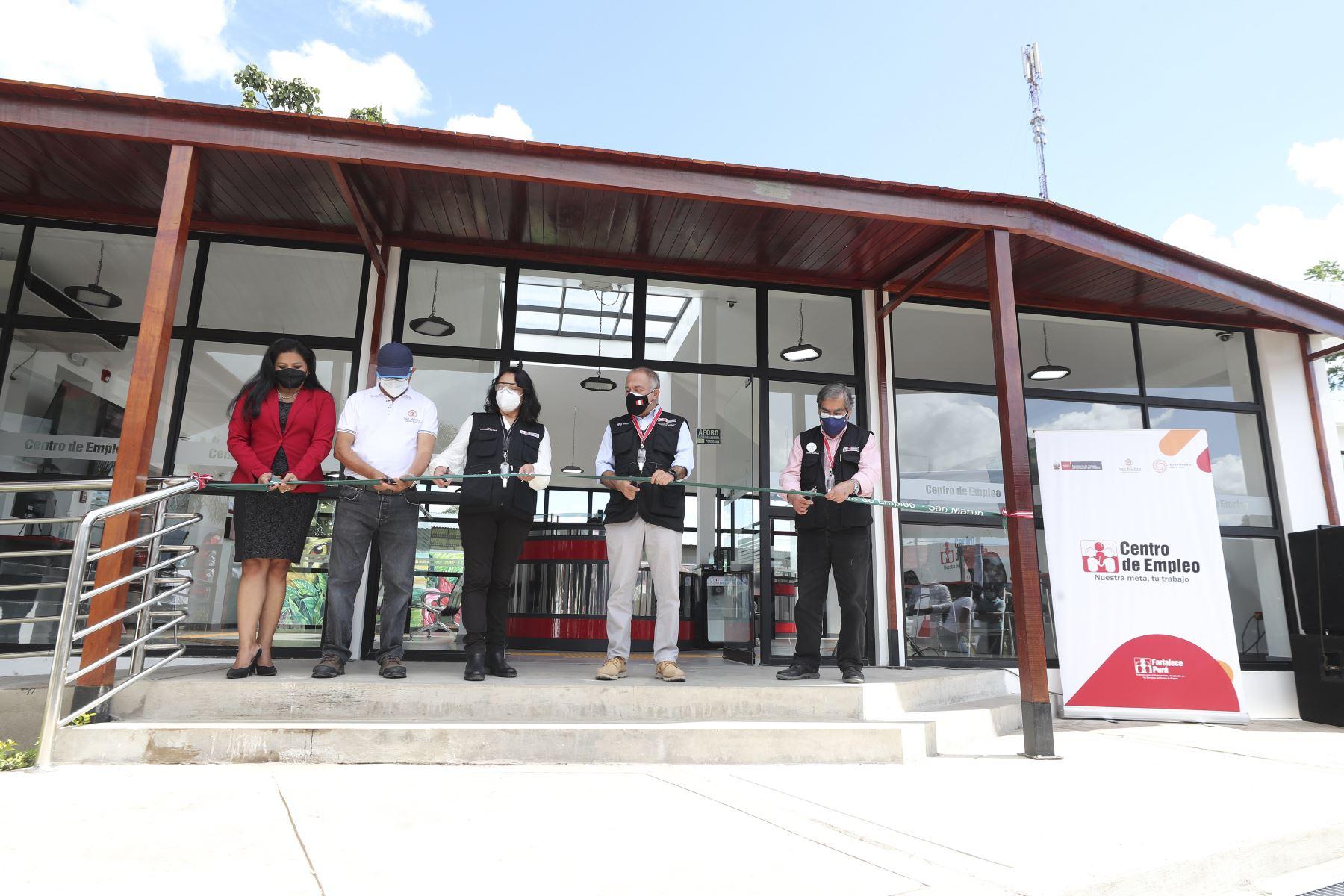 La jefa del Gabinete, Violeta Bermúdez, junto al ministro de Trabajo, Javier Palacios Gallegos y el ministro de Salud, Oscar Ugarte, inauguran Centro de Empleo de Moyobamba, en la región San Martín. Foto: ANDINA/MTPE