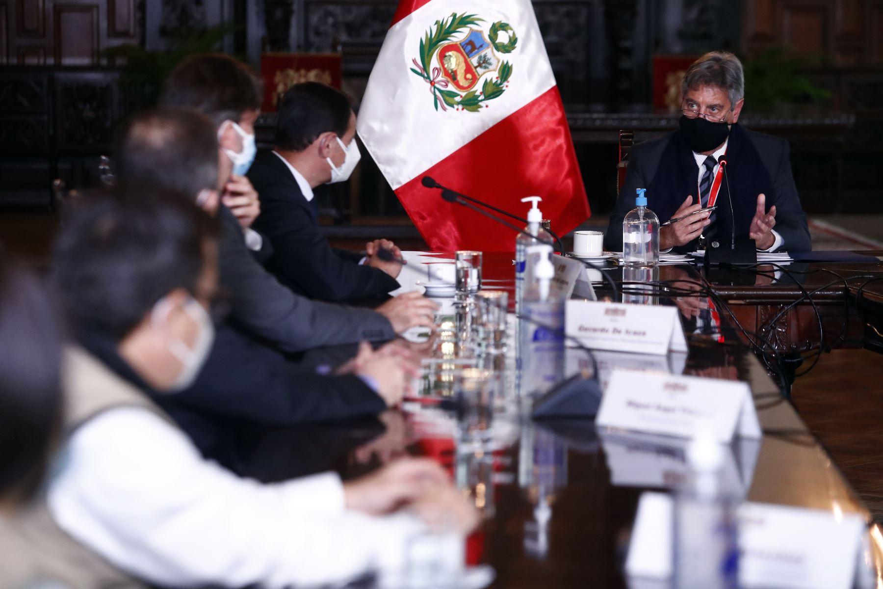 El presidente Francisco Sagasti recibe el informe del proceso electoral de la segunda vuelta a cargo de la Misión de Observación Electoral de la OEA, liderado por el jefe de la Misión, Rubén Ramírez. Foto: ANDINA/Prensa Presidencia