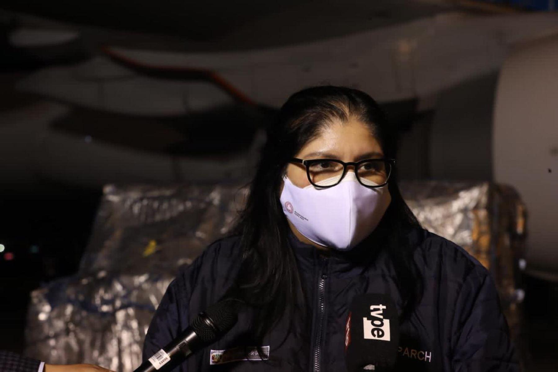 La ministra de Defensa, Nuria Esparch, recibe nuevo lote de 496 080 vacunas de Pfizer contra la covid-19. Foto: ANDINA/Mindef