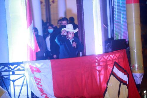 Pedro Castillo se dirige a sus simpatizantes en Paseo Colón