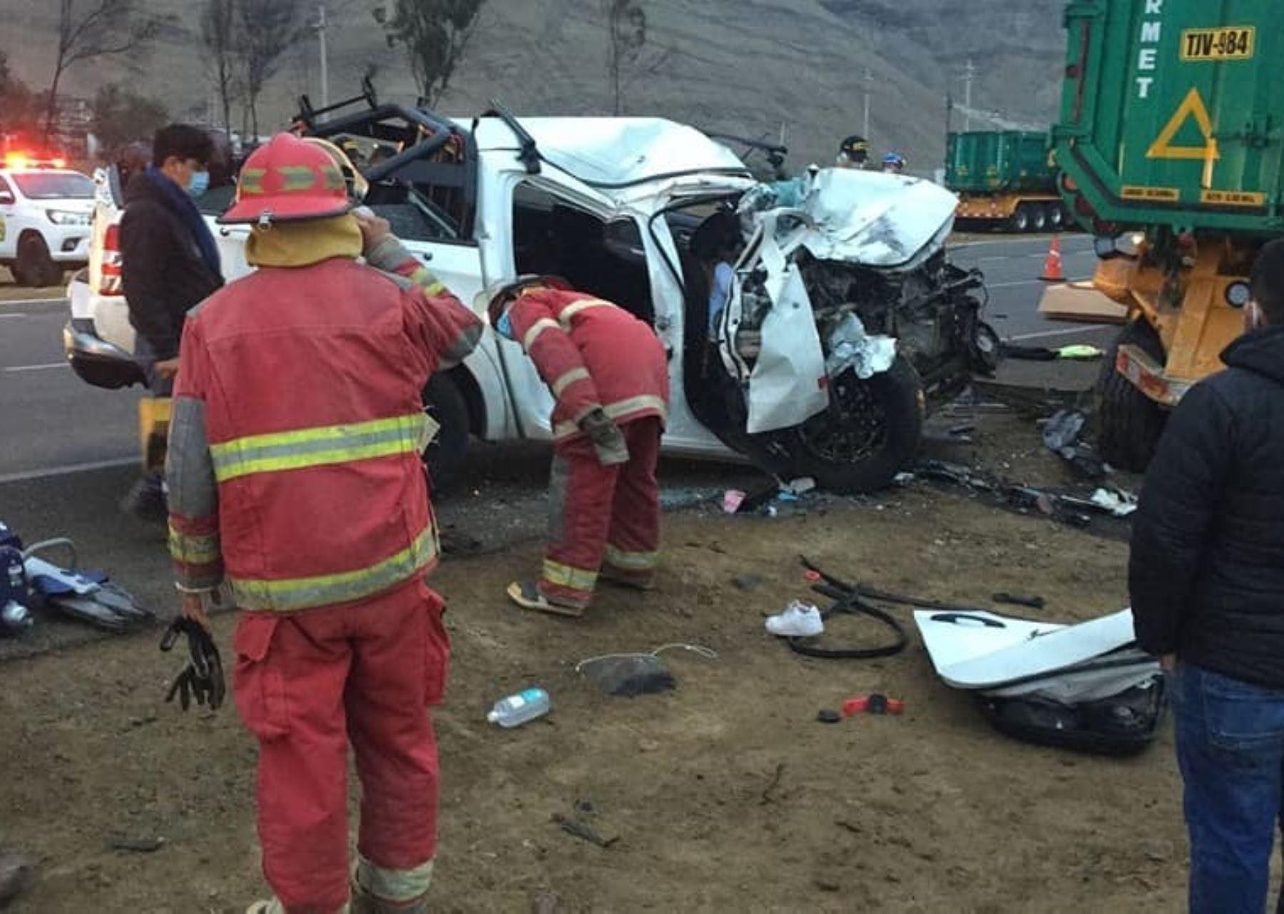 Un accidente vehicular ocurrido esta mañana en la Panamericana Norte dejó dos muertos y seis heridos. La tragedia ocurrió a la altura del km 268 de la citada vía, en la provincia de Huarmey, en Áncash.