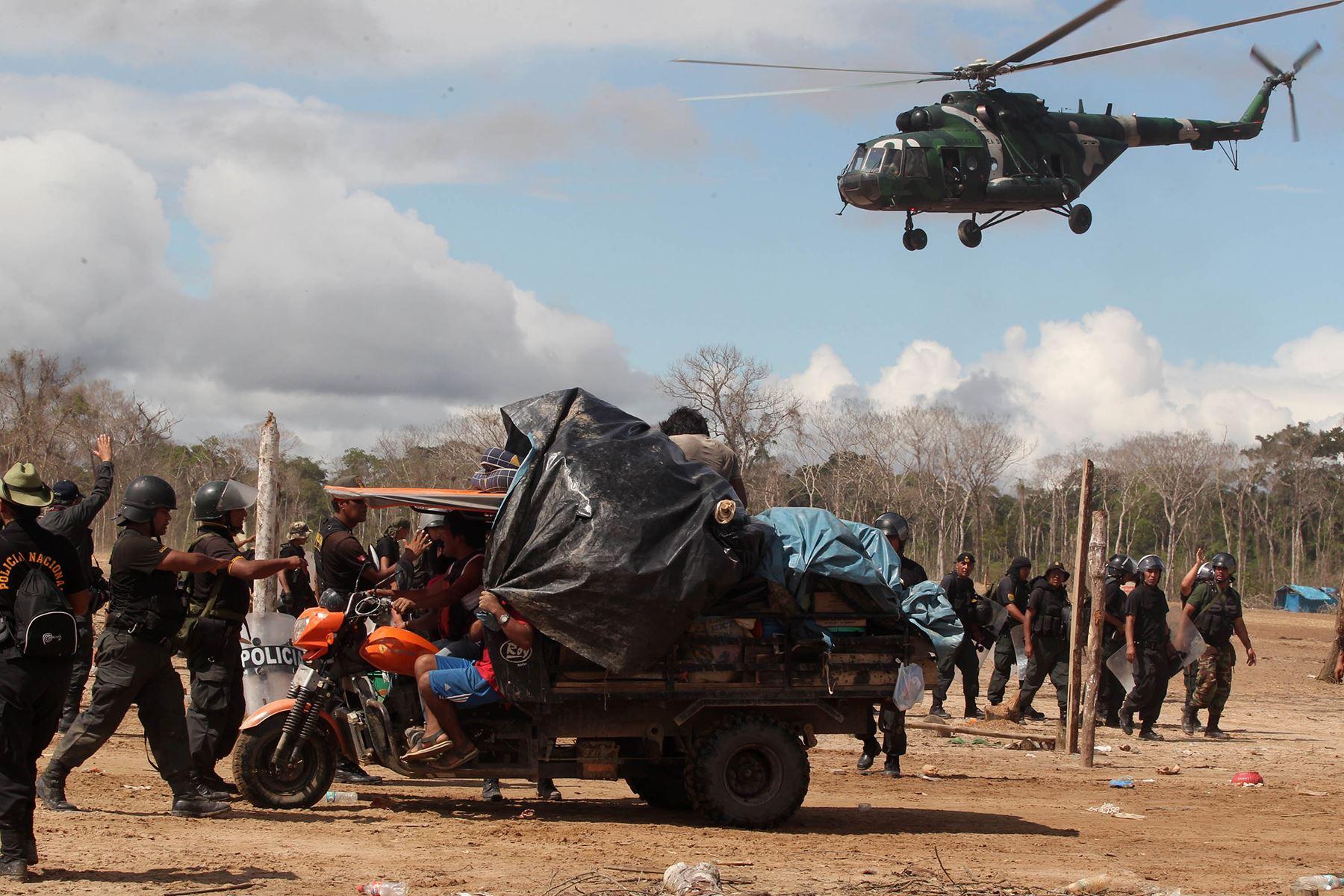 Fotografía tomada el 16 mayo 2014 /  Efectivos de las fuerzas del orden realizan un operativo de interdicción contra la minería ilegal en Madre de Dios.  Foto: Andina / Vidal Tarqui