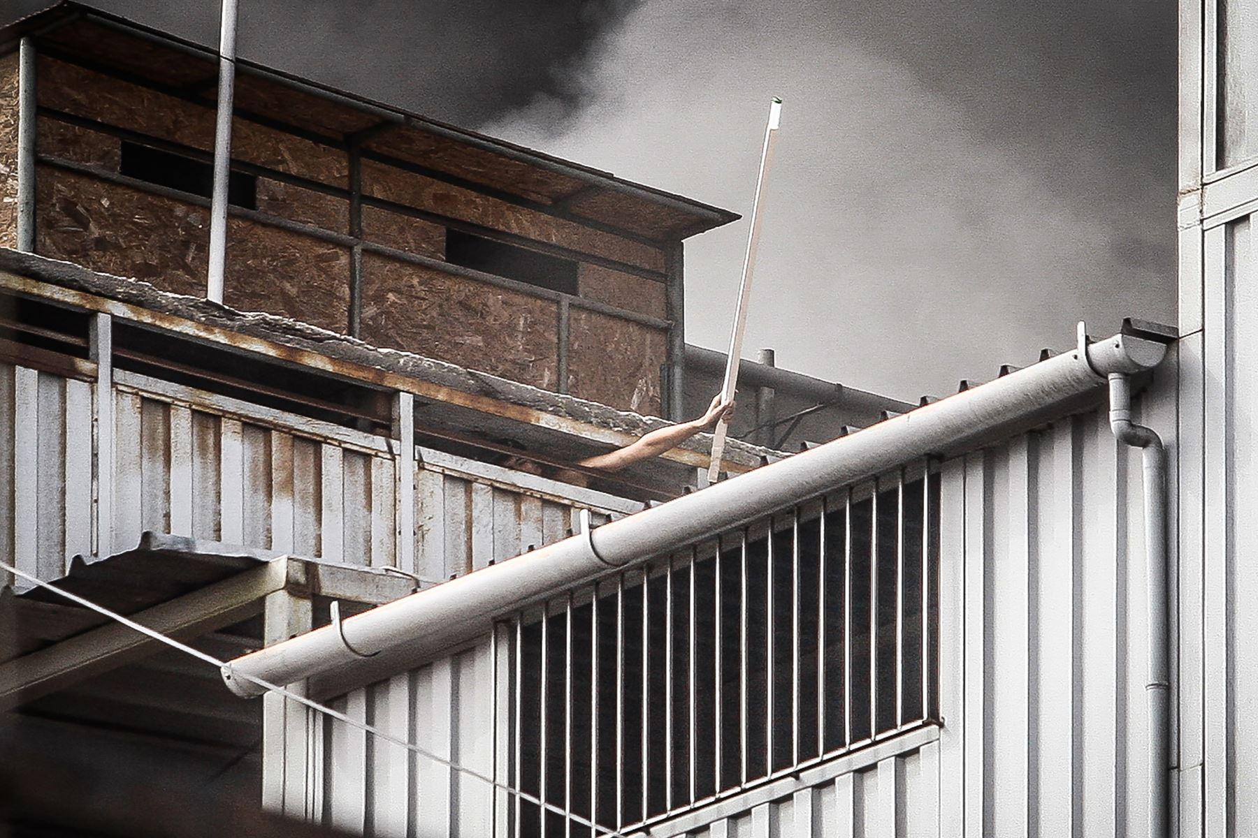 Fotografía tomada el 22 junio 2017 / Un incendio se registra en un edificio ubicado cerca a la zona comercial Las Malvinas, en el Cercado de Lima.  Foto: ANDINA/ Eddy Ramos