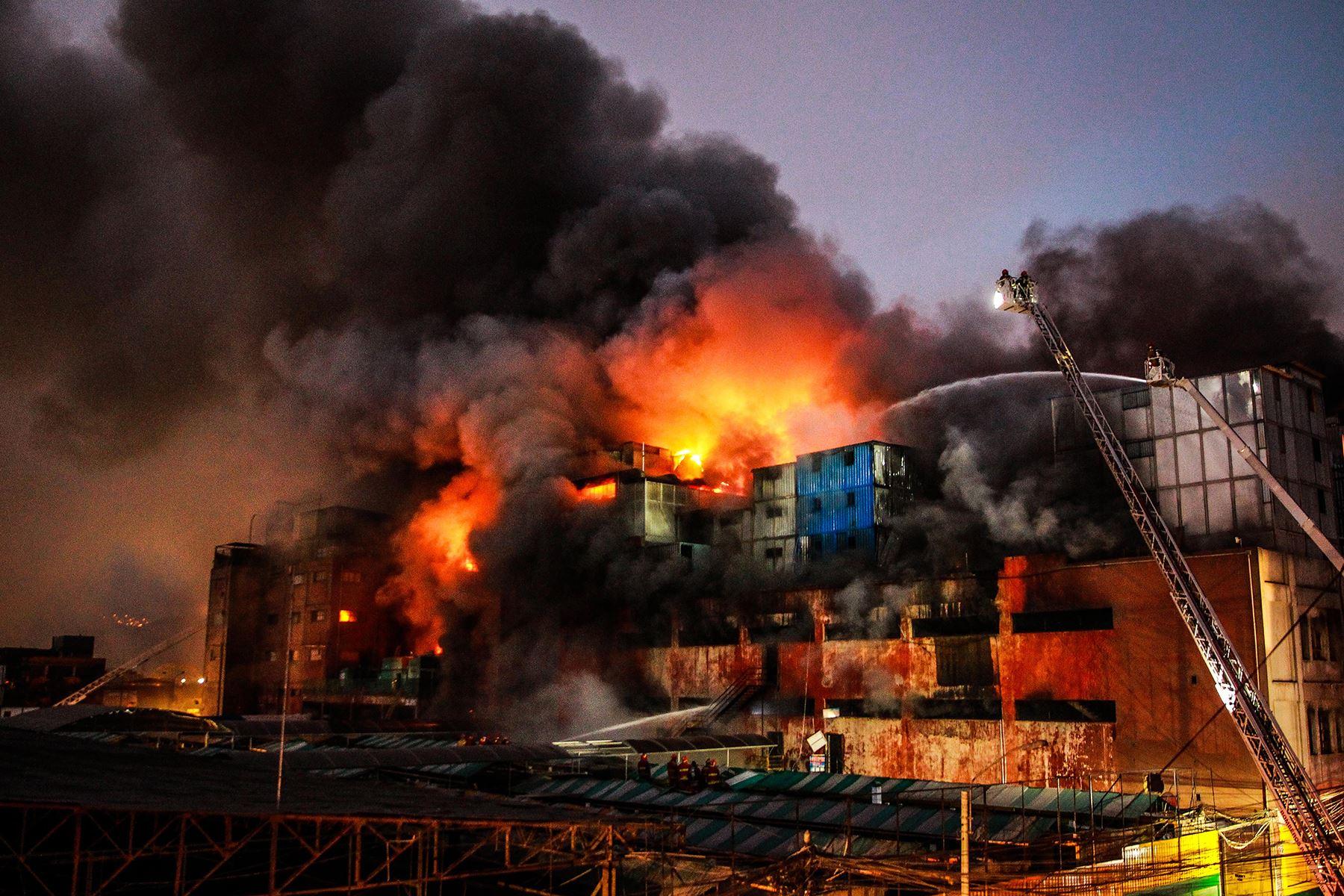 Lima - 22 junio 2017 / Incendio de grandes proporciones en la galería Nicolini ubicado en la zona comercial Las Malvinas, en el Cercado de Lima.  Foto: Andina / Luis Iparraguirre