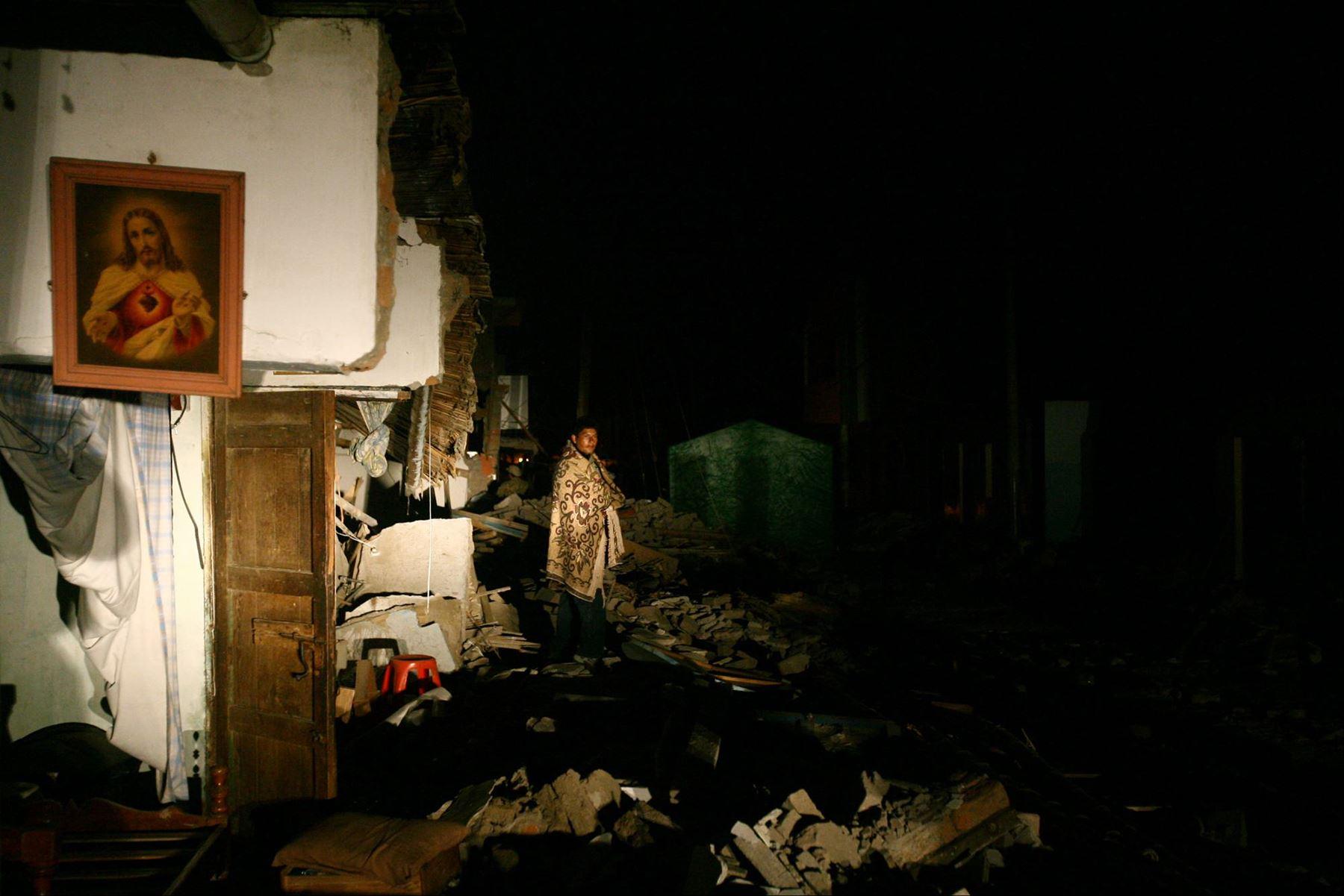 Fotografía tomada el 18 agosto 2007 / Un damnificado pasa la noche en medio de escombros en la ciudad de Pisco devastada por un terremoto la noche del 15 de agosto. Foto: Andina / Carlos Lezama