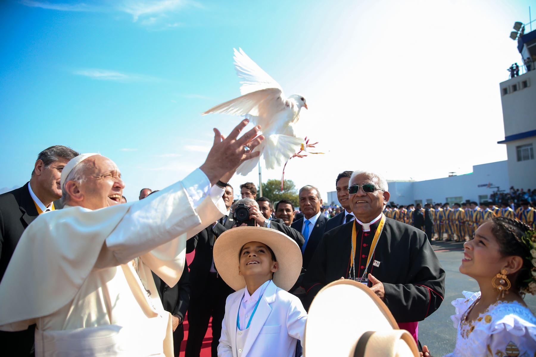 Fotografía tomada el 20 enero 2018 /  Jóvenes trujillanos reciben con marinera al Papa Francisco.  Foto: ANDINA/Juan Carlos Guzmán