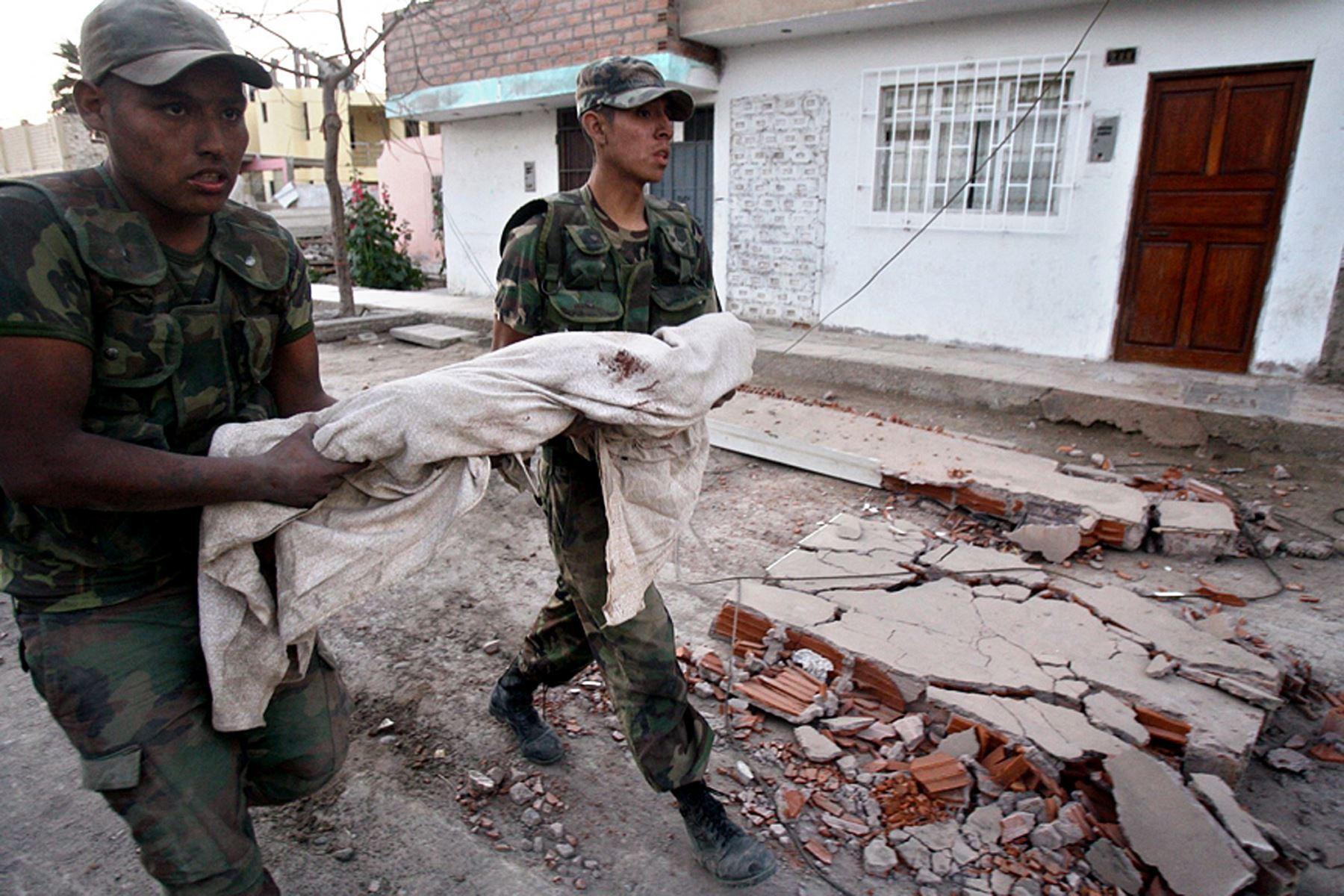 Fotografía tomada el 16 de agosto del 2007/ Soldados llevan el cadáver de un niño en Pisco, luego de que un terremoto de magnitud 7,9 sacudiera Perú. Foto: Agencia Andina/ Carlos Lezama