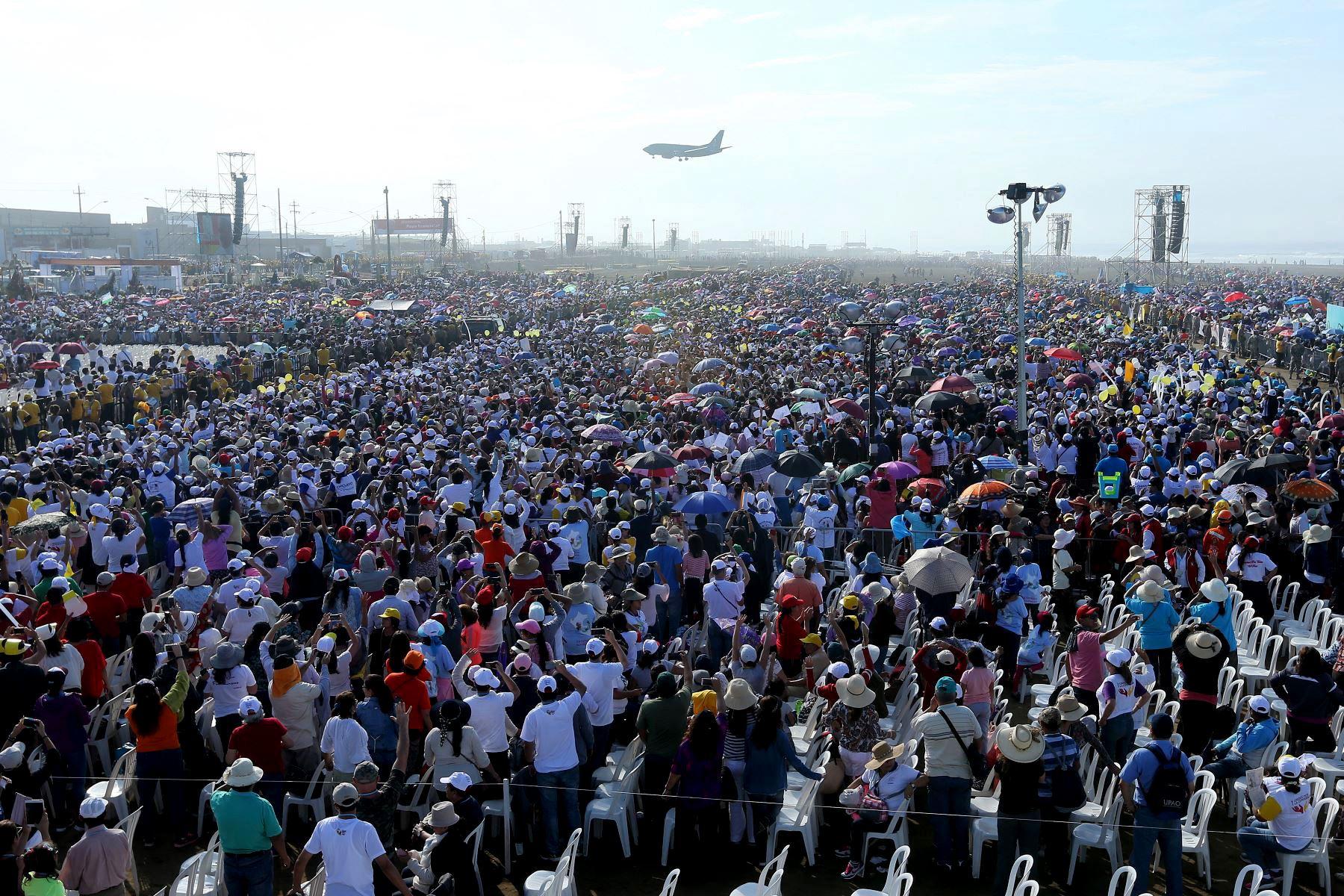 Fotografía tomada el 20 enero 2018 /  Una multitud de gente espera al Papa Francisco en Huanchaco,Trujillo. Foto: ANDINA/Pável Ugaz