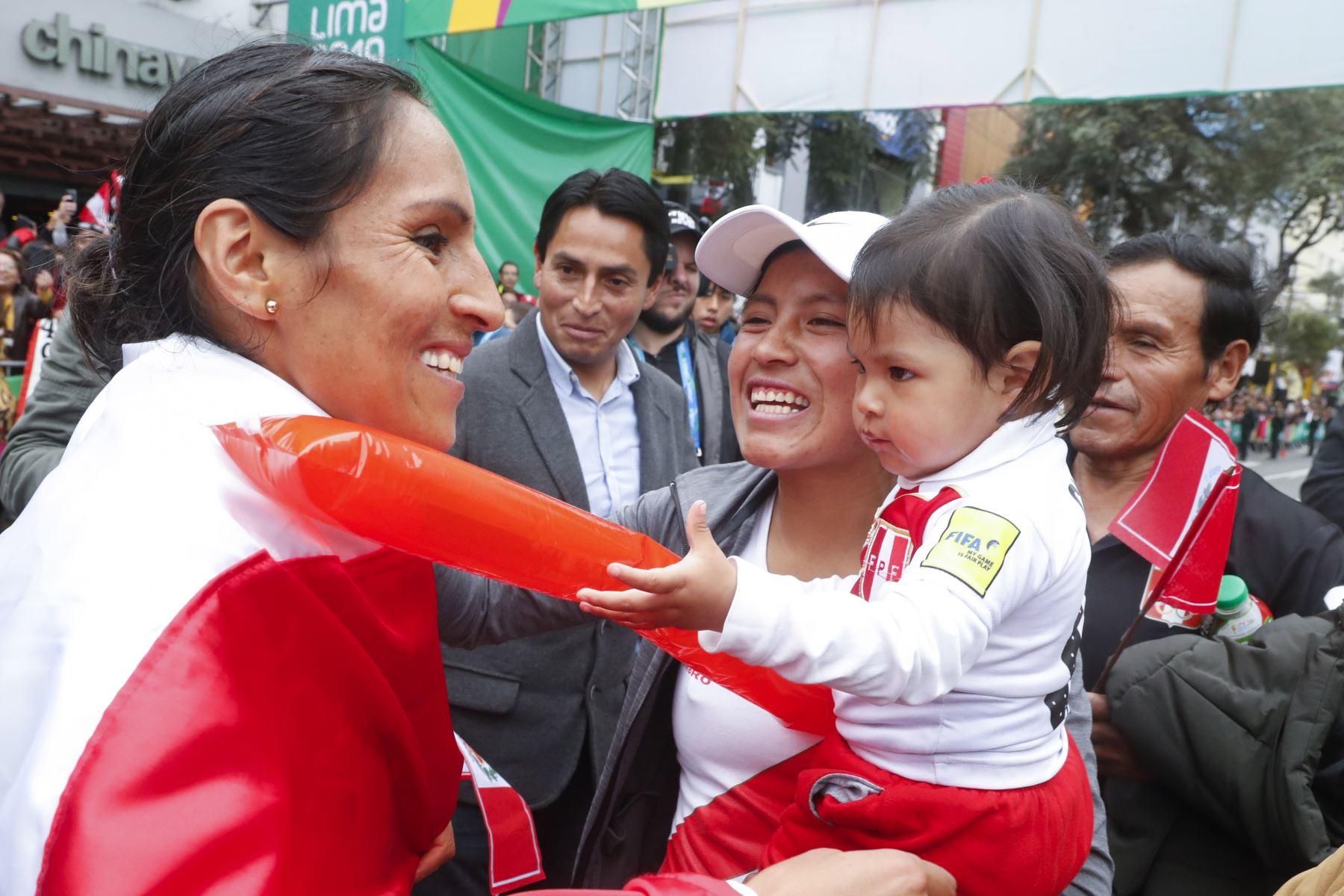 Fotografía tomada el 27 de julio de 2019/ Gladys Tejada de Perú y ganadora de la carrera de maratón saluda a los asistentes al evento luego de la competencia de Maratón durante los Juegos Panamericanos Lima 2019 en el Parque Kennedy. Foto: Vidal Tarqui / Lima 2019