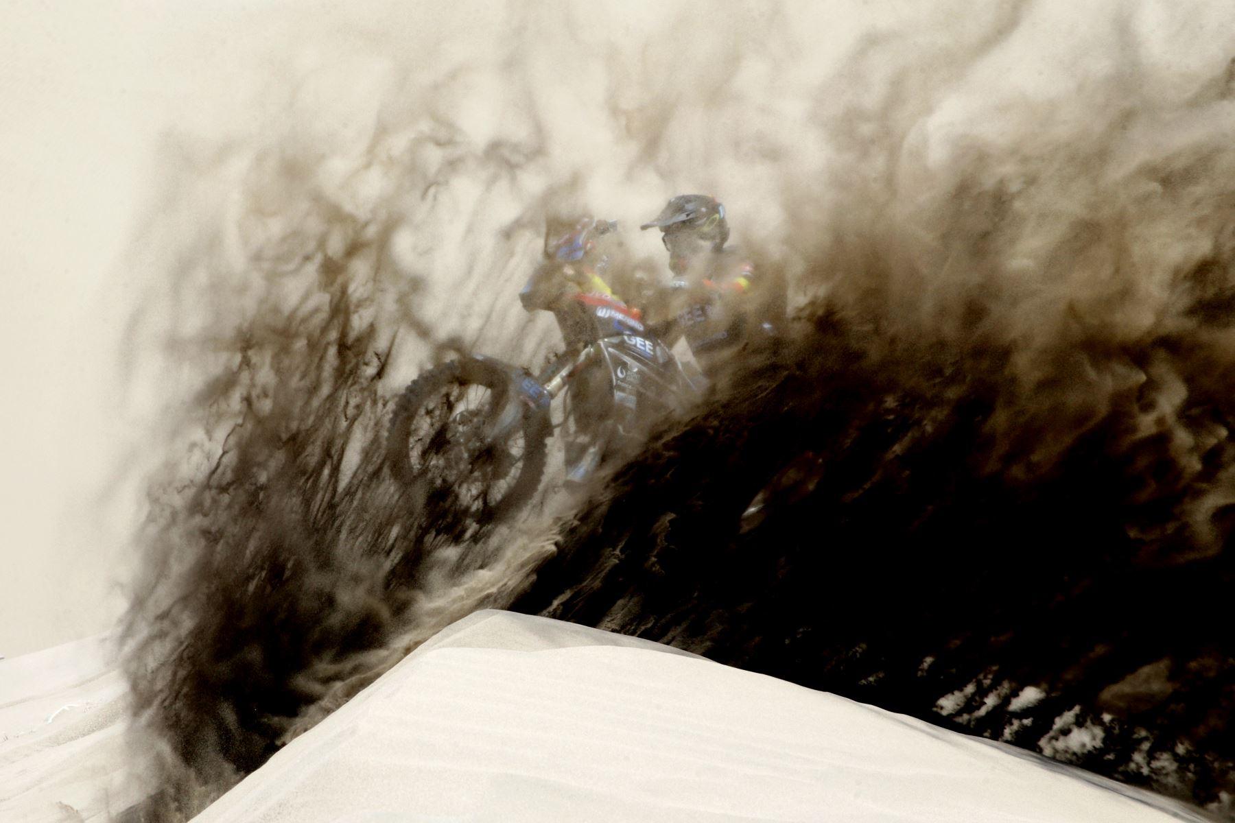 Fotografía tomada el 13 de enero del 2029/ El motociclista español Julio García Merino quedó en medio de la arena que dejó al viento su hermano Julián, cuando lo pasó en las dunas de Pisco, Perú. En medio de la arena se ve el rostro de Jesucristo. Foto: ANDINA/ Luis Iparraguirre