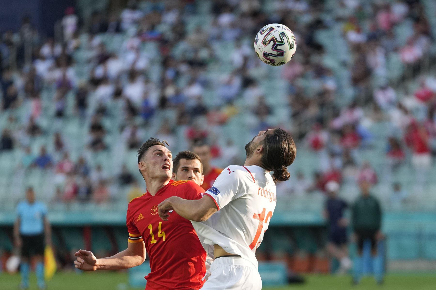 El defensor de Suiza Ricardo Rodríguez compite por el balón con el defensor de Gales Connor Roberts durante el partido de fútbol del Grupo A de la UEFA EURO 2020 entre Gales y Suiza en el Estadio Olímpico de Bakú. Foto: AFP