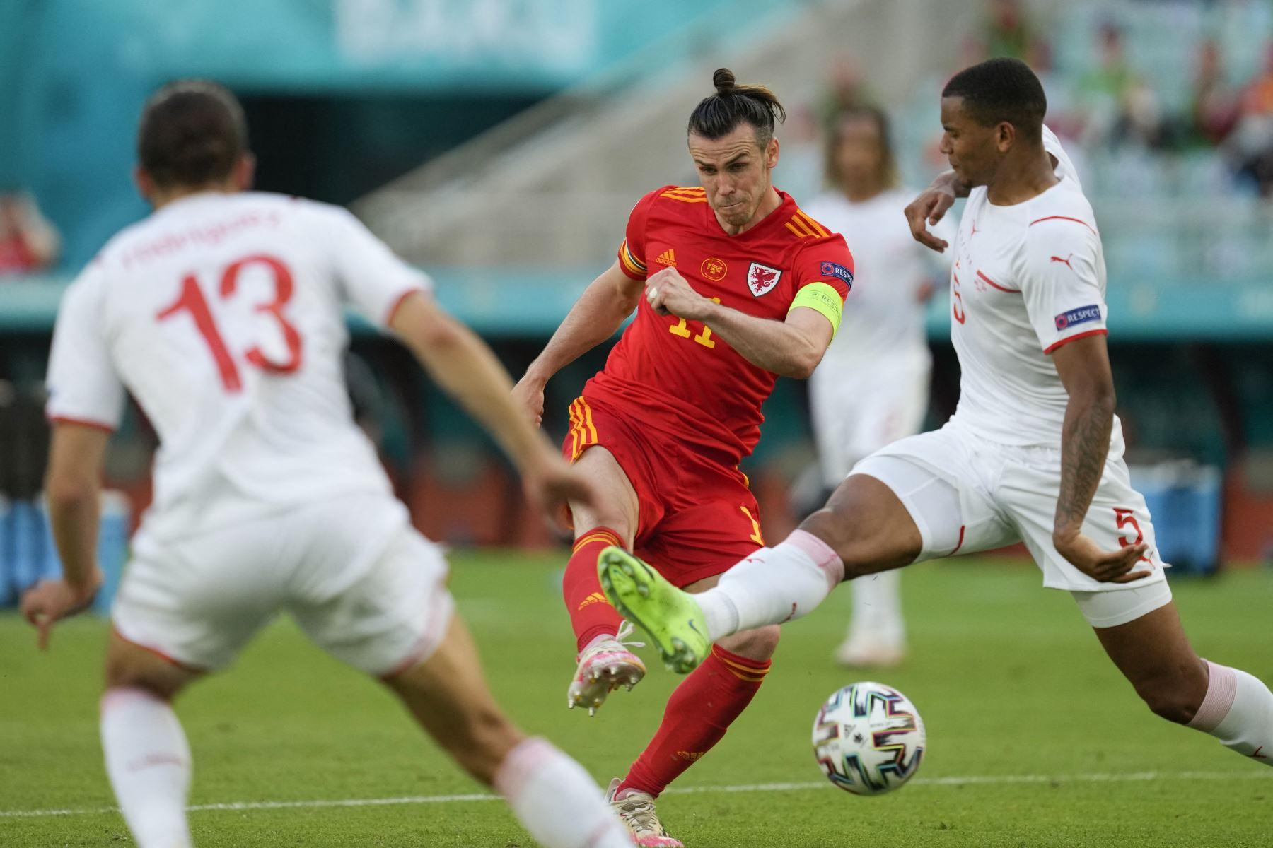 El delantero de Gales Gareth Bale  intenta un tiro cuando es marcado por el defensor suizo Manuel Akanji  durante el partido de fútbol del Grupo A de la UEFA EURO 2020 entre Gales y Suiza en el Estadio Olímpico de Bakú. Foto: AFP