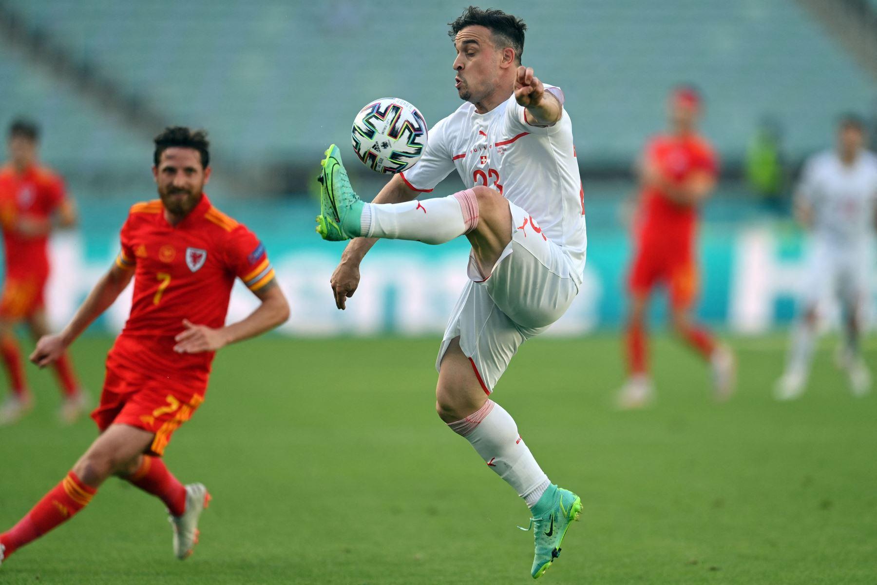 El centrocampista suizo Xherdan Shaqiri controla el balón durante el partido de fútbol del Grupo A de la UEFA EURO 2020 entre Gales y Suiza en el Estadio Olímpico de Bakú. Foto: AFP