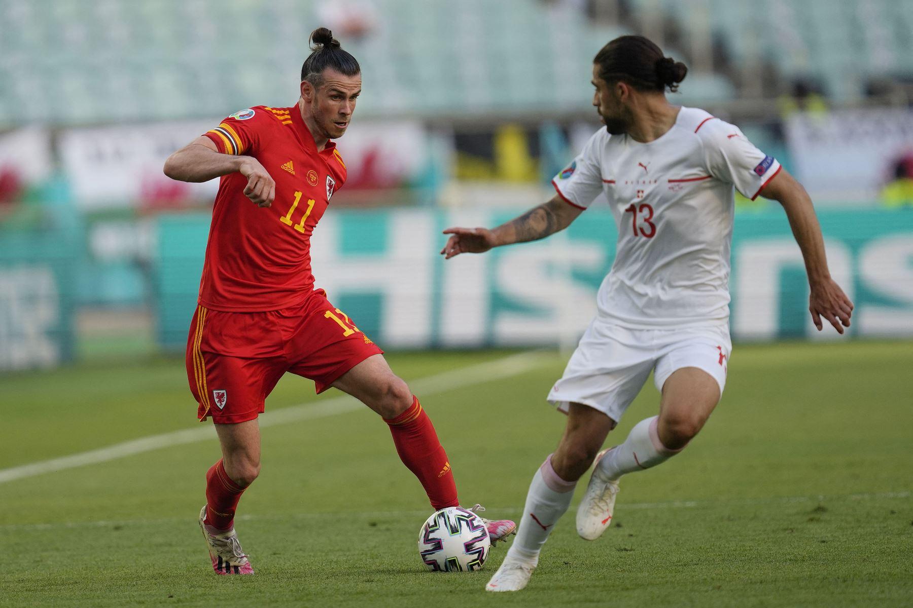 El delantero de Gales Gareth Bale es marcado por el defensor suizo Ricardo Rodríguez durante el partido de fútbol del Grupo A de la UEFA EURO 2020 entre Gales y Suiza en el Estadio Olímpico de Bakú. Foto: AFP
