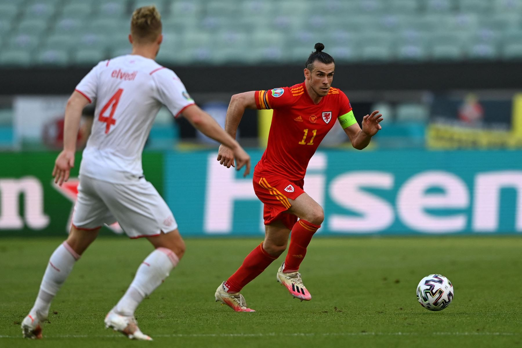 El delantero de Gales Gareth Bale corre con el balón durante el partido de fútbol del Grupo A de la UEFA EURO 2020 entre Gales y Suiza en el Estadio Olímpico de Bakú. Foto: AFP