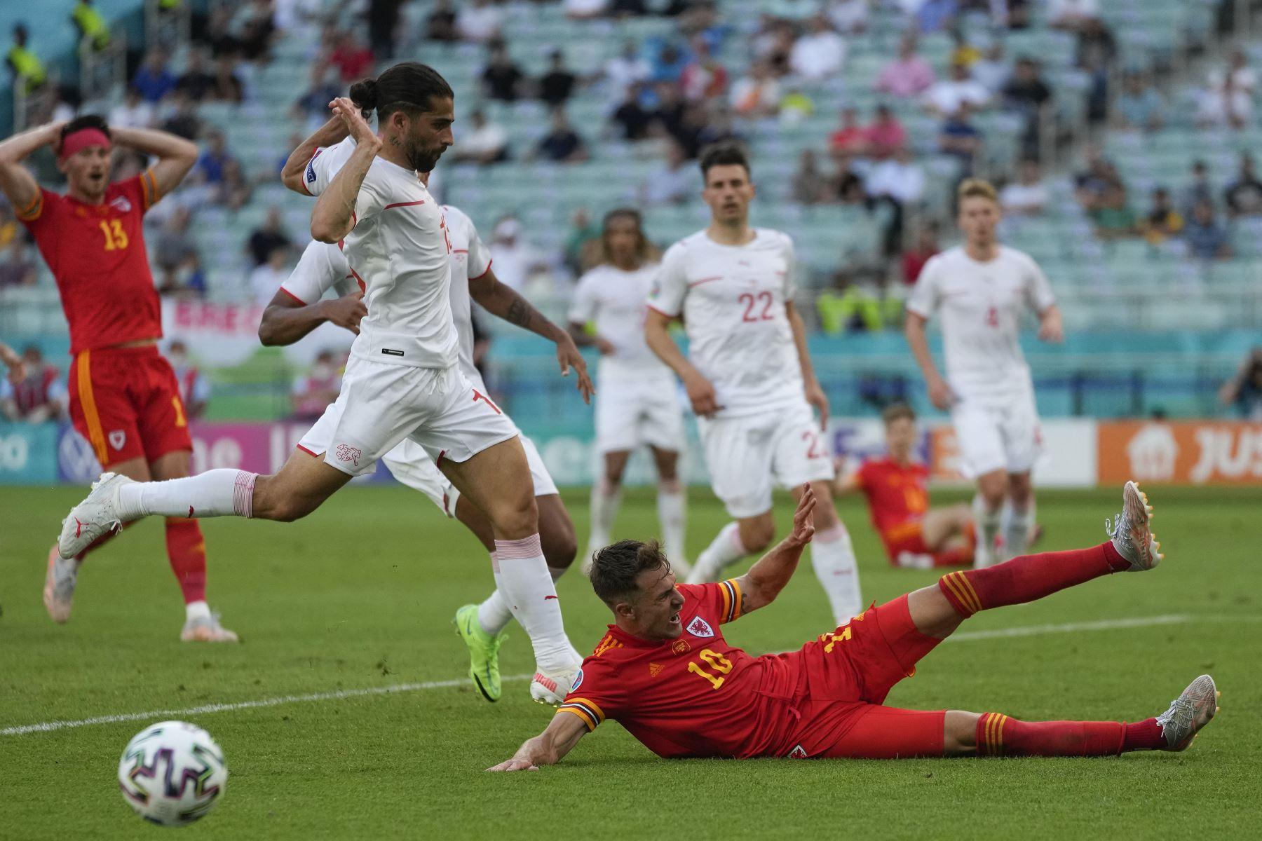 El centrocampista de Gales Aaron Ramsey cae cuando es marcado por el defensor suizo Ricardo Rodríguez durante el partido de fútbol del Grupo A de la UEFA EURO 2020 entre Gales y Suiza en el Estadio Olímpico de Bakú. Foto: AFP