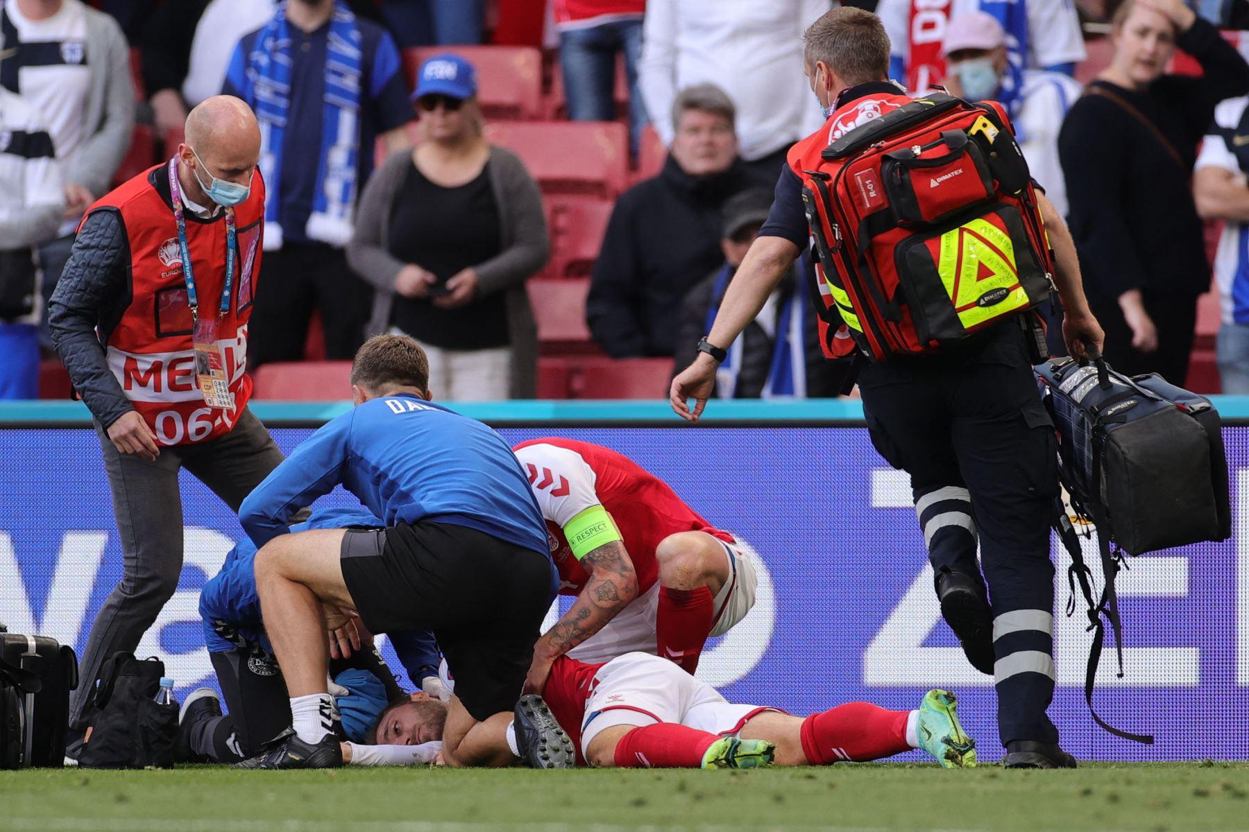 El mediocampista danés Christian Eriksen  recibe atención médica después de colapsar en el campo durante el partido de fútbol del Grupo B de la UEFA EURO 2020 entre Dinamarca y Finlandia en el Estadio Parken de Copenhague. Foto: AFP