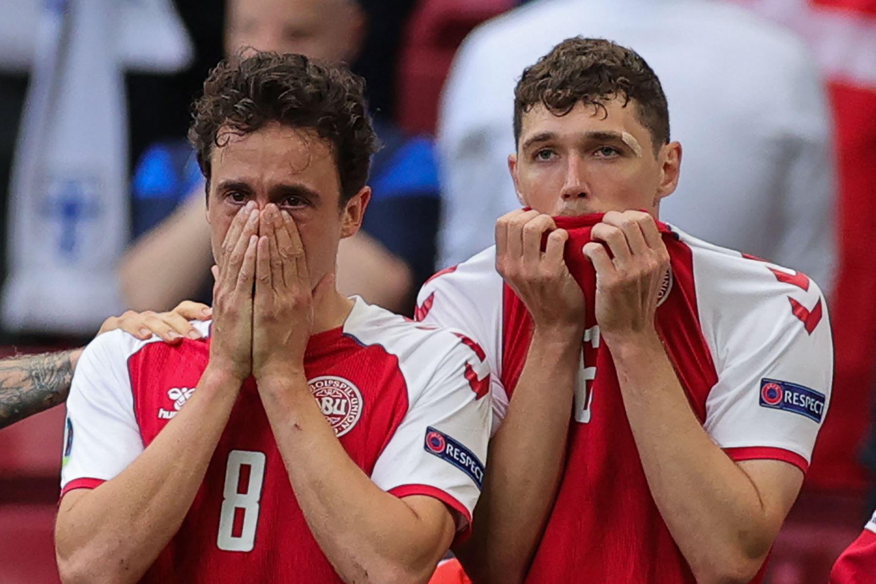 El mediocampista danés Thomas Delaney y el defensor danés Andreas Christensen reaccionan cuando los paramédicos atienden al mediocampista danés Christian Eriksen después de que se derrumbó en el campo durante el partido de fútbol del Grupo B de la UEFA EURO 2020 entre Dinamarca y Finlandia. Foto: AFP