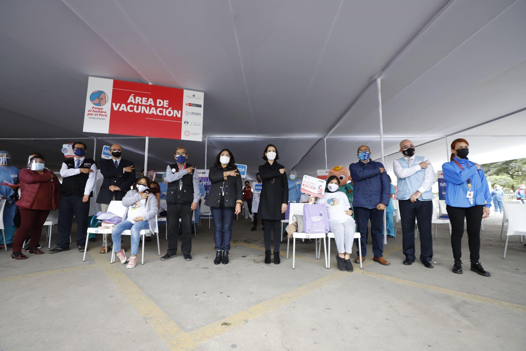 La presidenta del Consejo de Ministros, Violeta Bermúdez y el ministro de Salud, Oscar Ugarte supervisan el inicio de la vacunación contra la covid  -19, a mujeres con más de 28 semanas de gestación, mayores de 18 años.  Foto: PCM