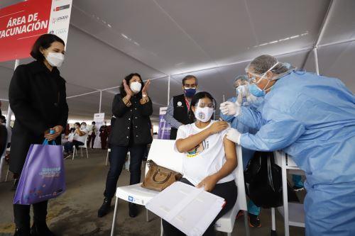 La presidenta del Consejo de Ministros y el ministro de Salud supervisan el inicio de la vacunación contra la covid  -19, a mujeres con más de 28 semanas de gestación