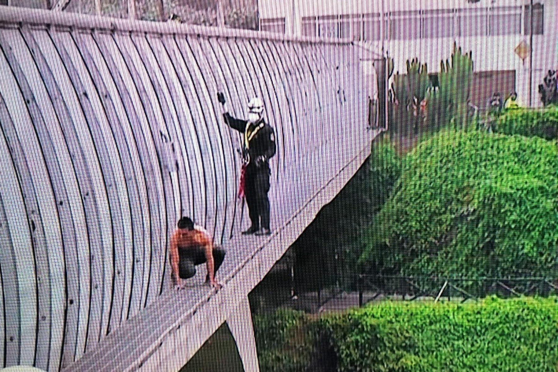 Miraflores: Policía rescató a hombre que intentó saltar desde el puente Villena. Foto: ANDINA/Difusión.