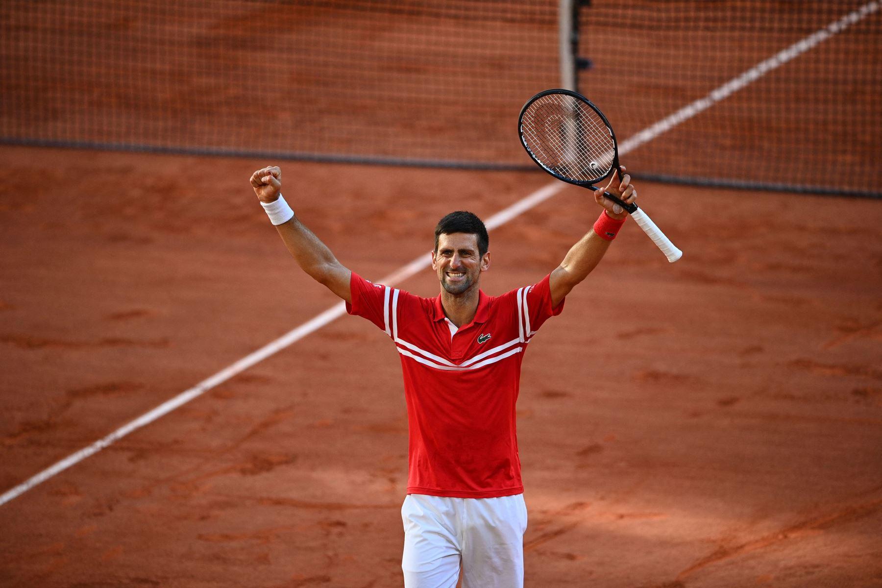 El serbio Novak Djokovic celebra después de ganar al griego Stefanos Tsitsipas al final de su último partido de tenis masculino el día 15 del torneo de tenis Roland Garros 2021 del Abierto de Francia en París. Foto: AFP