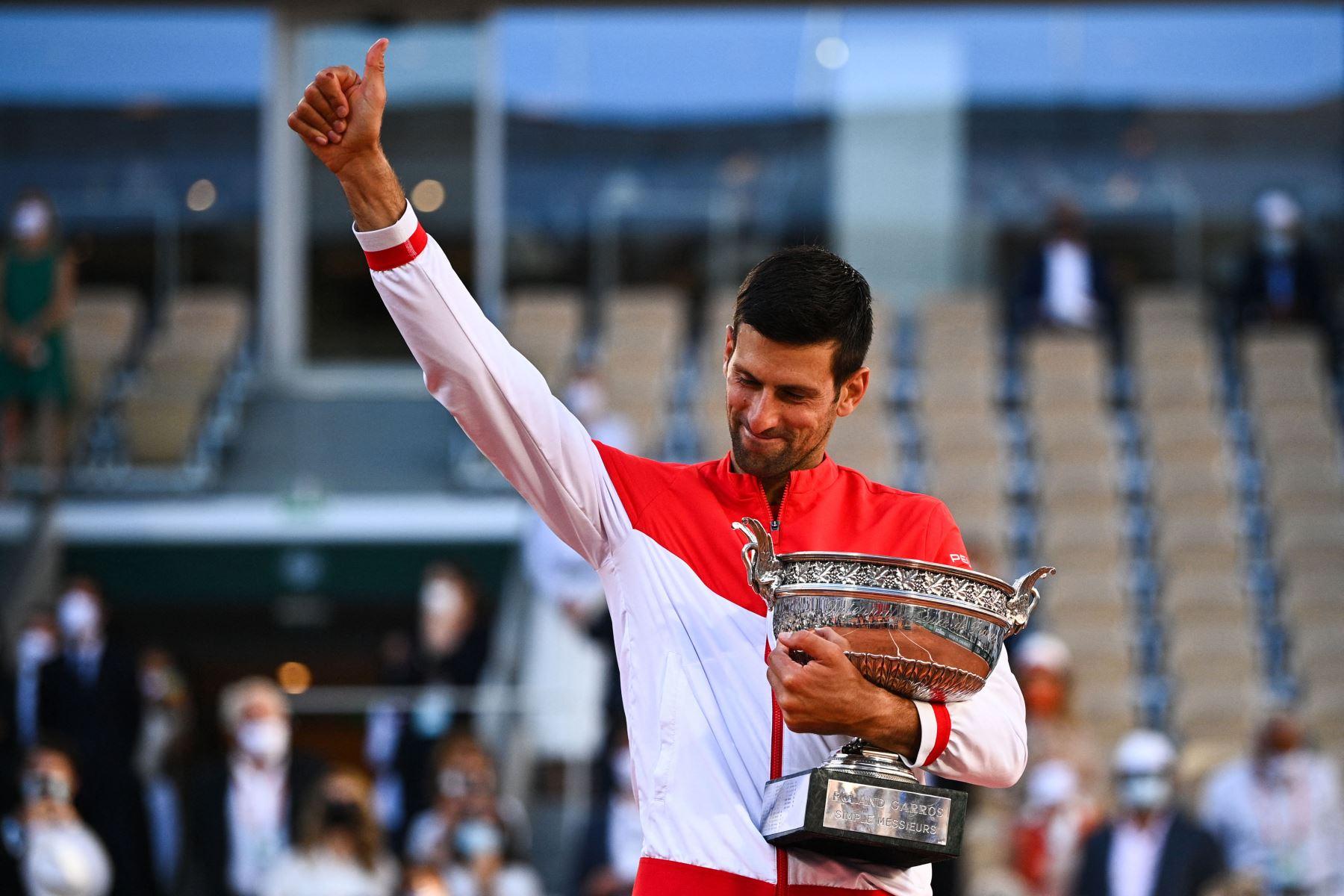 El serbio Novak Djokovic posa con la Copa Mousquetaires después de vencer al griego Stefanos Tsitsipas al final de su último partido de tenis masculino el día 15 del torneo de tenis Roland Garros 2021 del Abierto de Francia en París. Foto: AFP