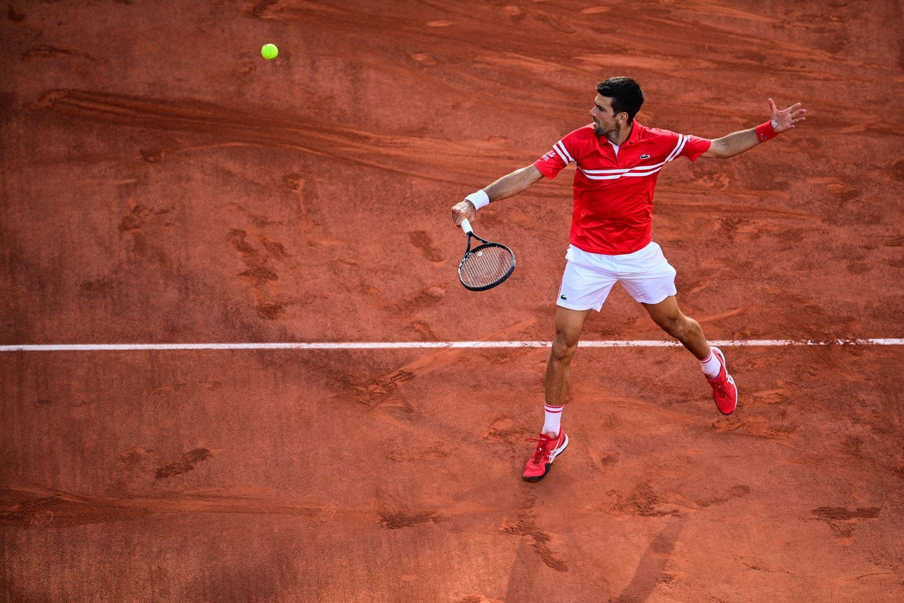 El serbio Novak Djokovic devuelve el balón al griego Stefanos Tsitsipas durante su último partido de tenis masculino el día 15 del torneo de tenis Roland Garros 2021 del Abierto de Francia en París. Foto: AFP