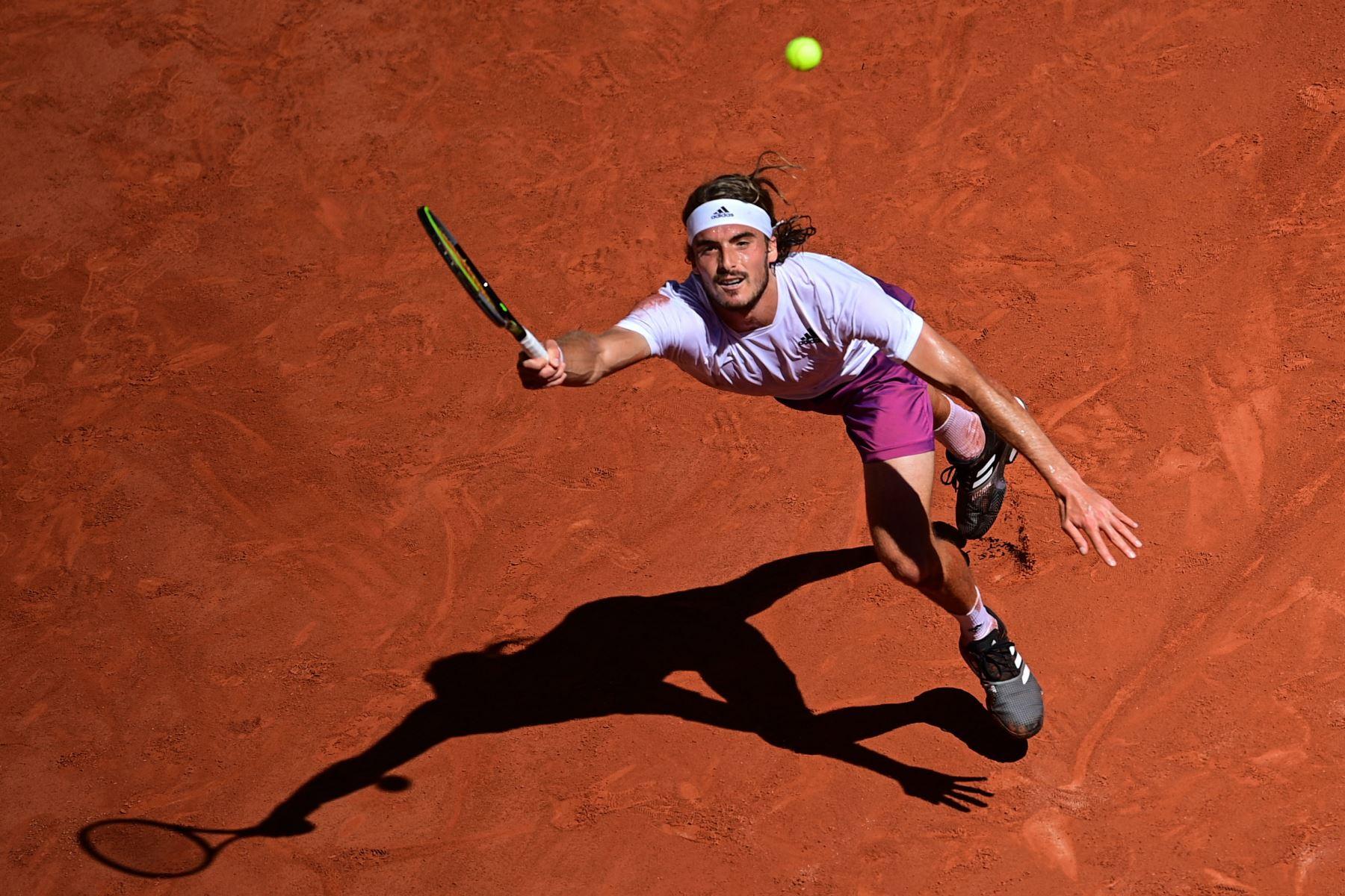 El griego Stefanos Tsitsipas devuelve el balón al serbio Novak Djokovic durante su último partido de tenis masculino el día 15 del torneo de tenis Roland Garros 2021 del Abierto de Francia en París, Foto: AFP