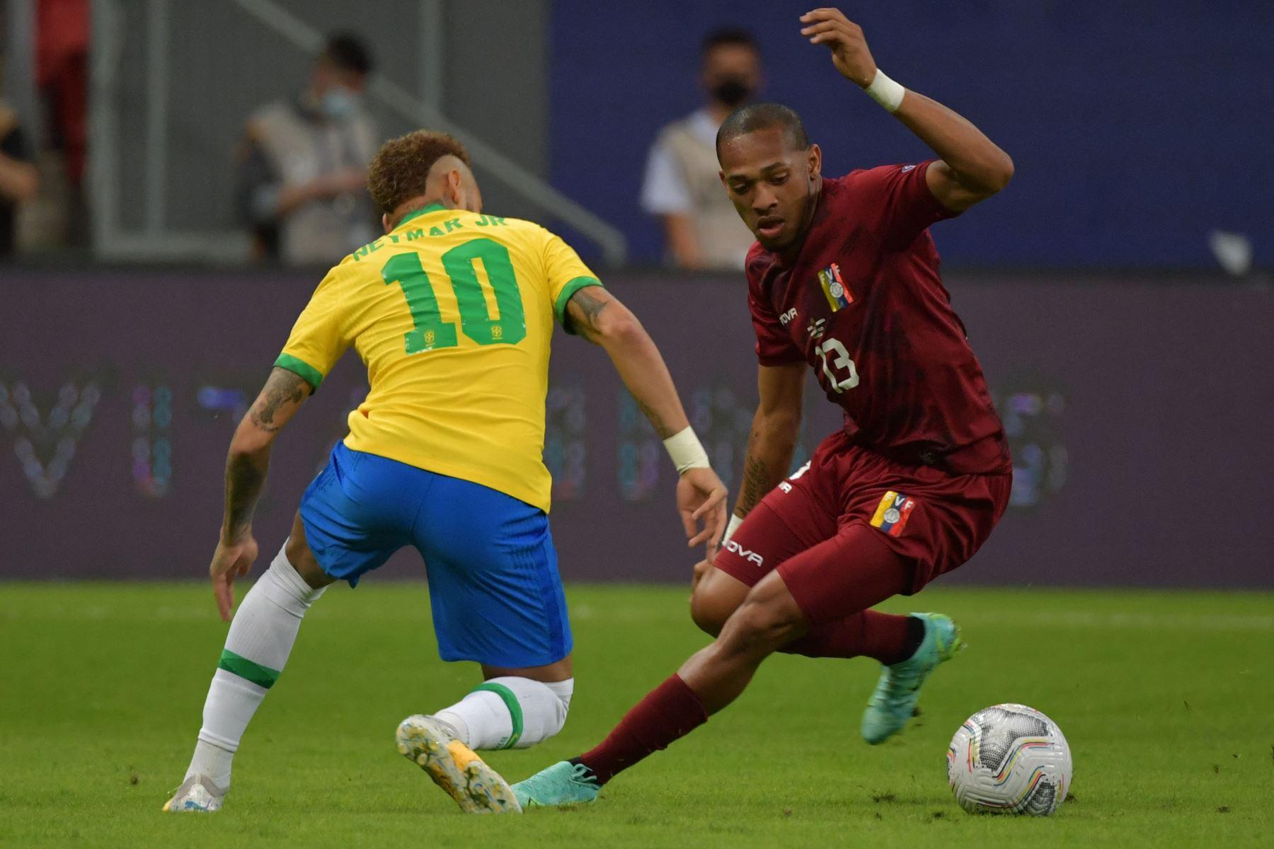 El brasileño Neymar y el venezolano José Martínez compiten por el balón durante el partido de la fase de grupos del torneo de fútbol Conmebol Copa América 2021 en el estadio Mane Garrincha de Brasilia .Foto: AFP