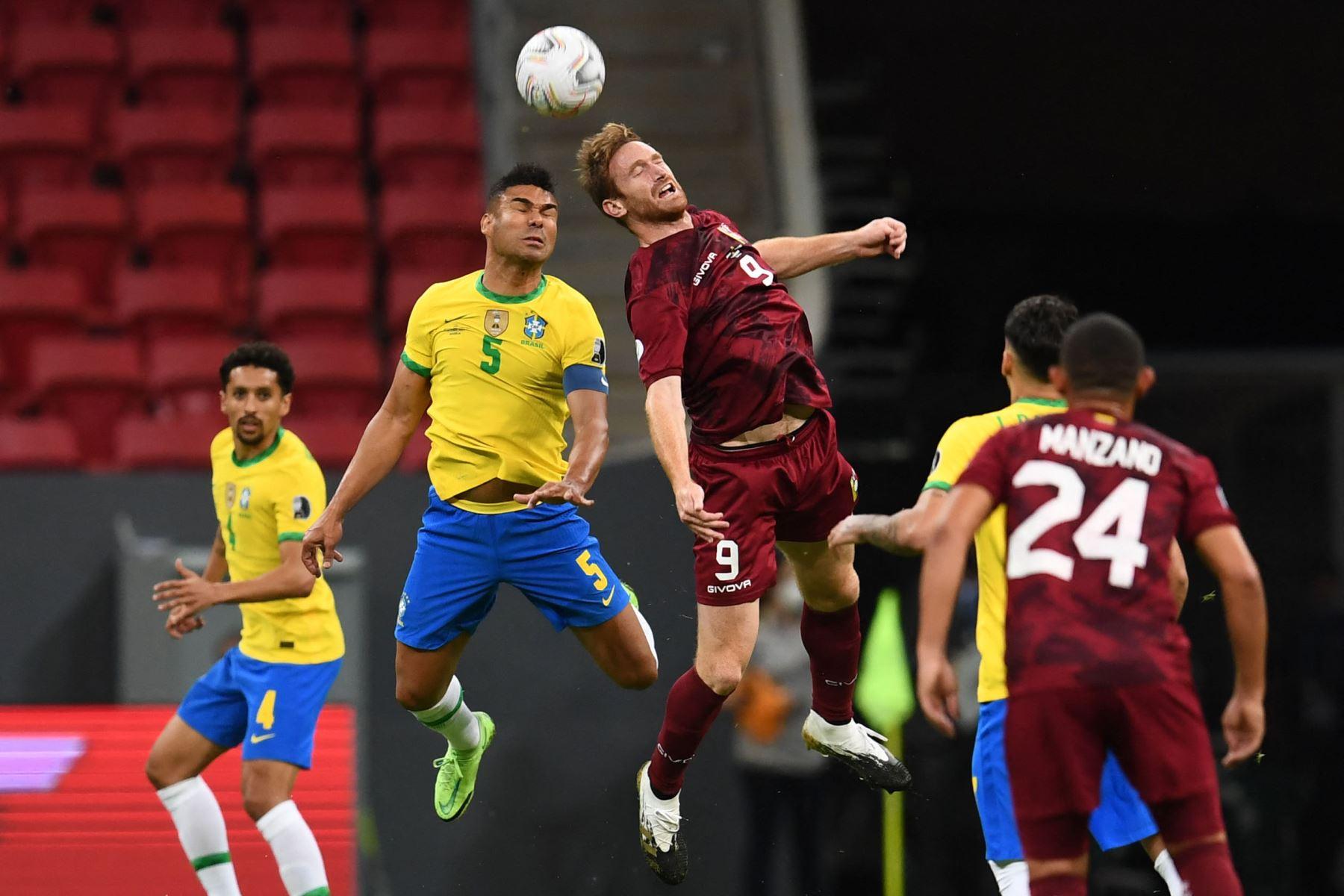 Casemiro de Brasil y Fernando Aristeguieta de Venezuela compiten por el balón durante el partido de la fase de grupos del torneo de fútbol Conmebol Copa América 2021 en el estadio Mane Garrincha de Brasilia. Foto: AFP