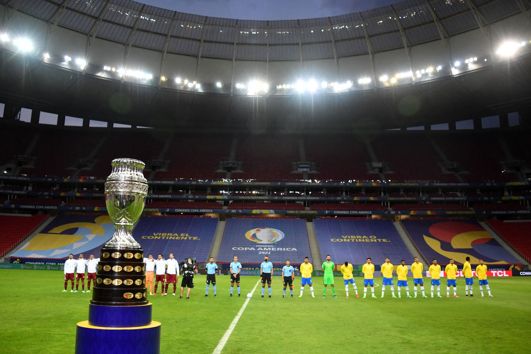Vista del trofeo de la Copa América antes del inicio de la fase de grupos del torneo de fútbol Conmebol Copa América 2021 partido entre Brasil y Venezuela en el Estadio Mane Garrincha de Brasilia. Foto: AFP