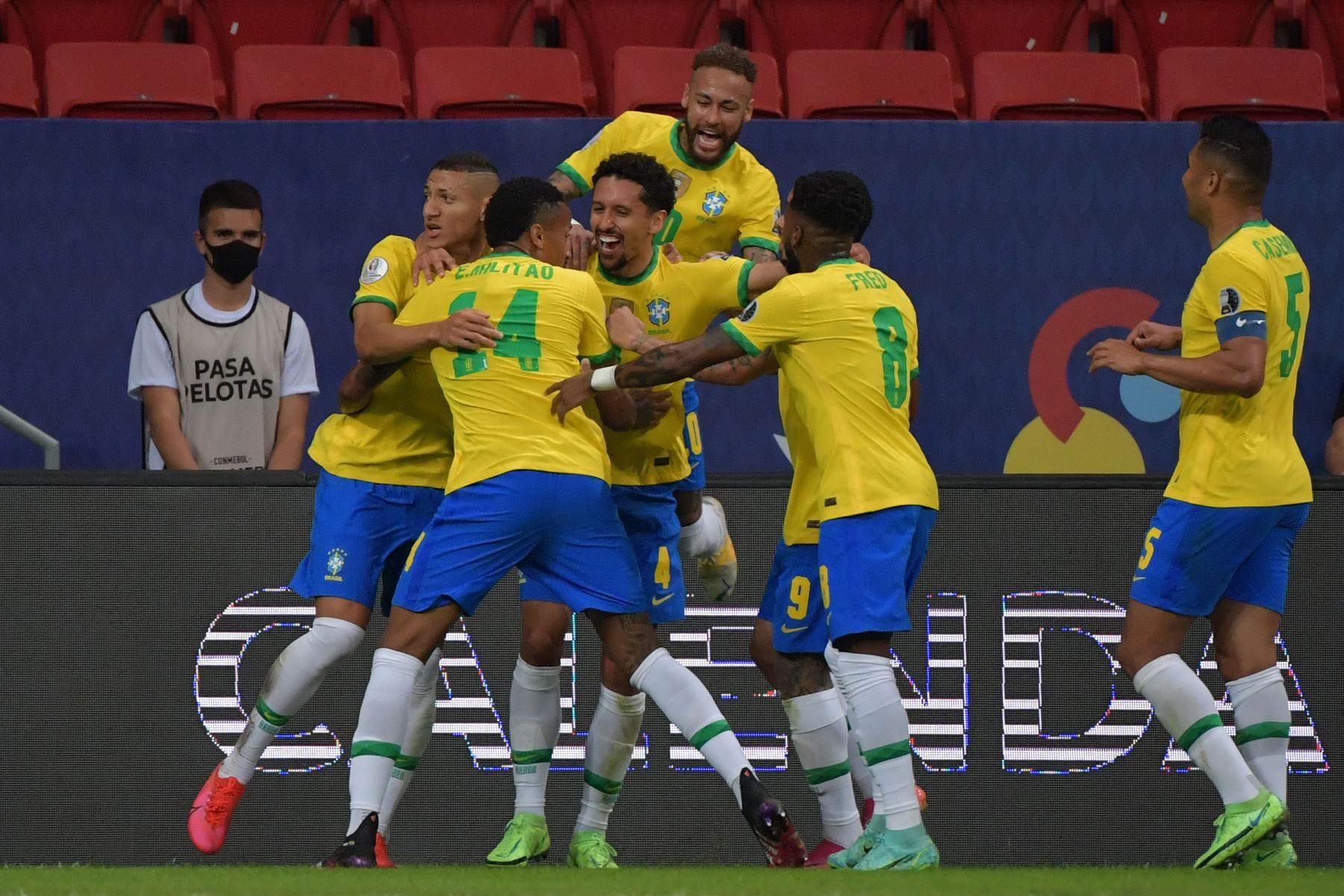 Marquinhos de Brasil celebra con sus compañeros de equipo tras anotar contra Venezuela durante el partido de la fase de grupos del torneo de fútbol Conmebol Copa América 2021 en el Estadio Mane Garrincha de Brasilia. Foto: AFP
