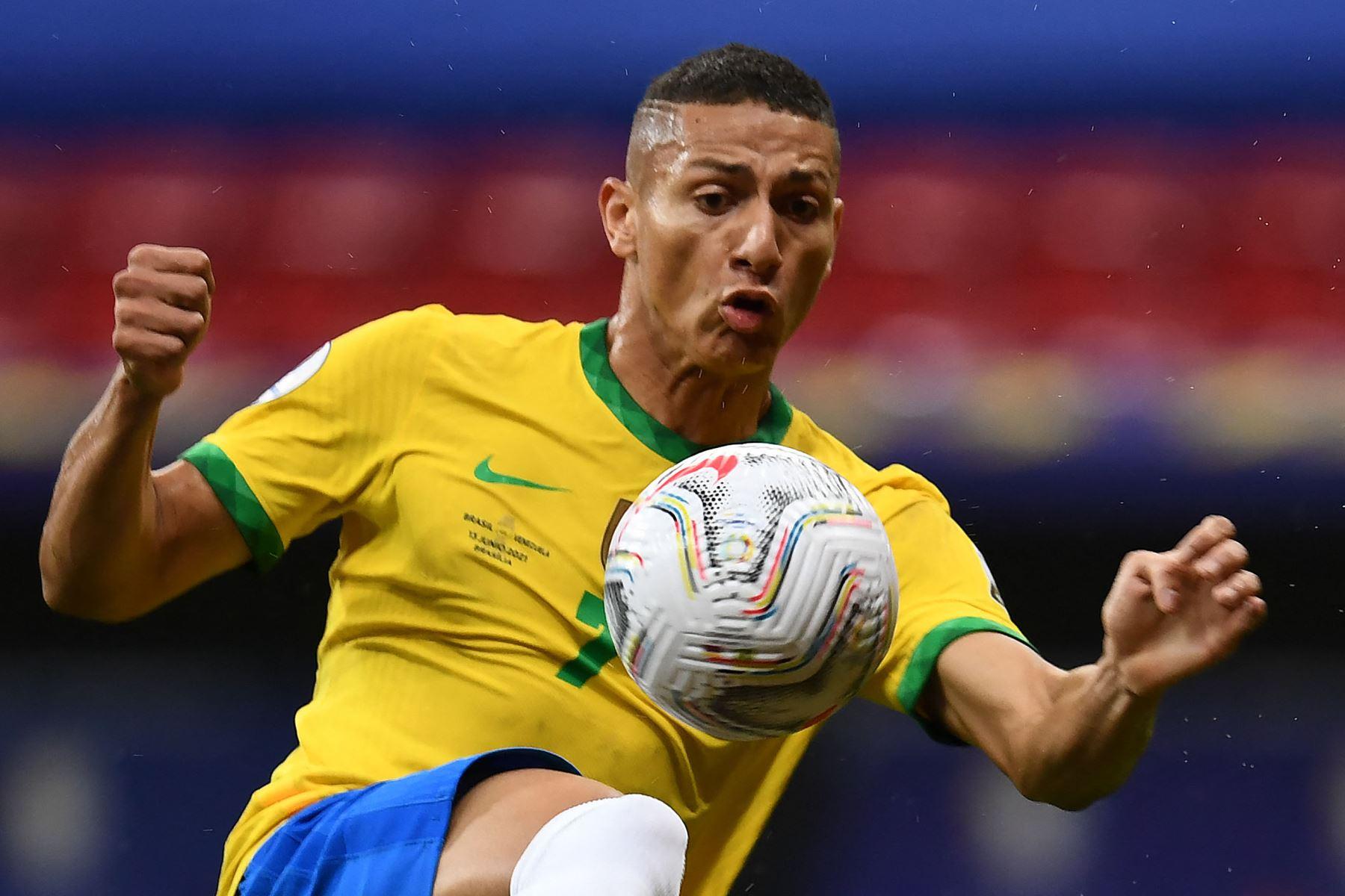Richarlison de Brasil controla el balón durante el partido de la fase de grupos del torneo de fútbol Conmebol Copa América 2021 contra Venezuela en el Estadio Mane Garrincha en Brasilia. Foto: AFP