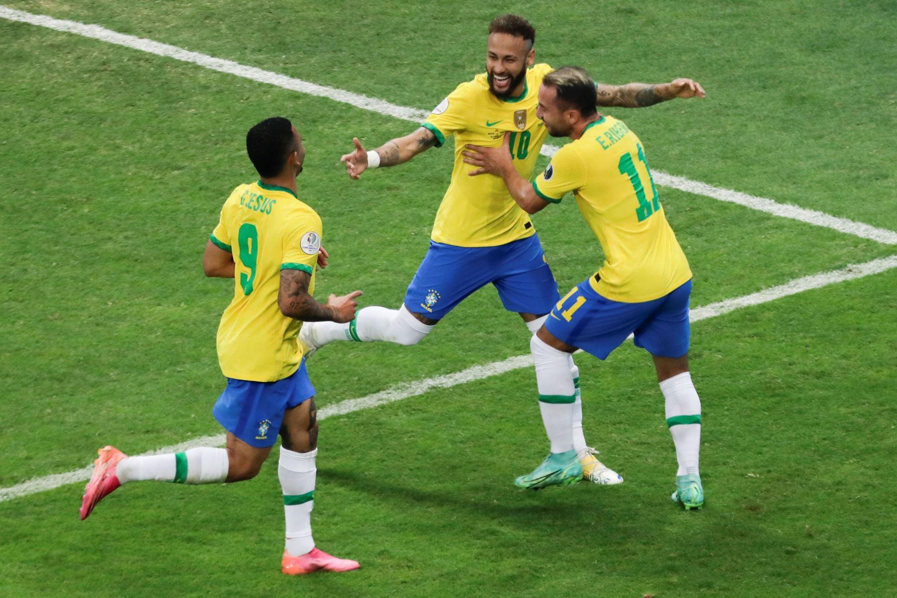 El jugador Neymar  de Brasil celebra hoy con sus compañeros Gabriel Jesús (i) y Everton Riveiro tras anotar contra Venezuela, durante el partido inaugural de la Copa América en el estadio Mané Garrincha, en Brasilia. Foto: AFP