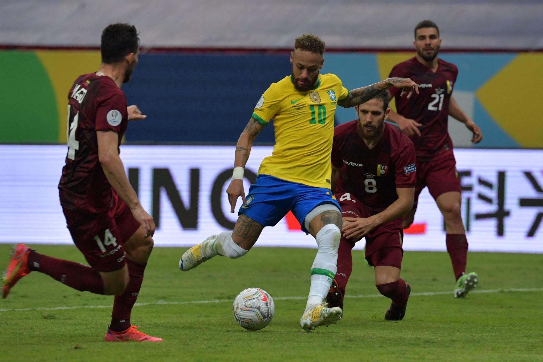 El brasileño Neymar y el venezolano Francisco La Mantia compiten por el balón durante el partido de la fase de grupos del torneo de fútbol Conmebol Copa América 2021 en el estadio Mane Garrincha de Brasilia. Foto: AFP