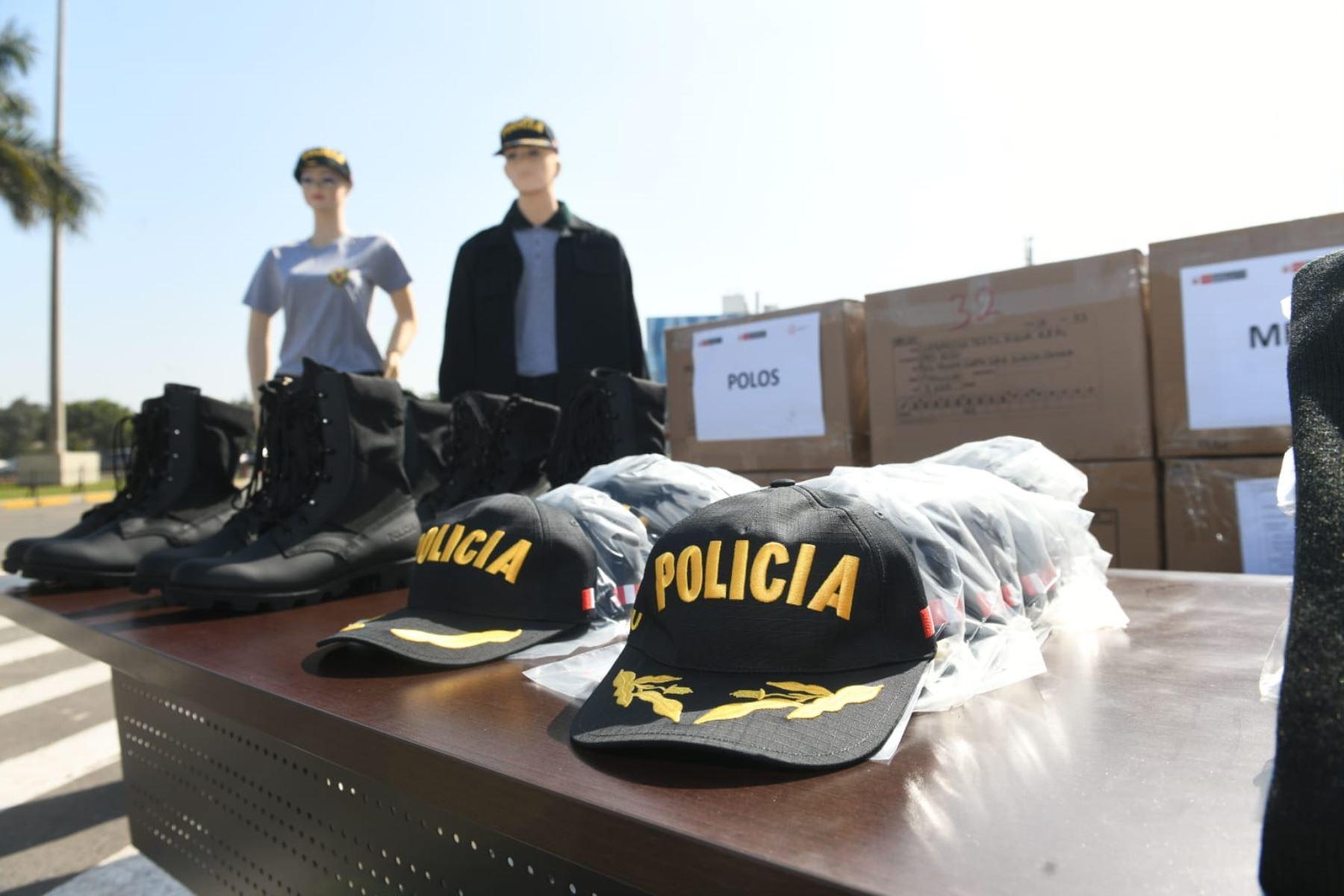 Ministro del Interior, José Elice, y la viceministra de Mype e Industria del Ministerio de la Producción, Rosa Ana Balcázar, participan en la ceremonia de entrega de primeros lotes de prendas de vestir para la PNP, producidas por las MYPE. Foto: Mininter