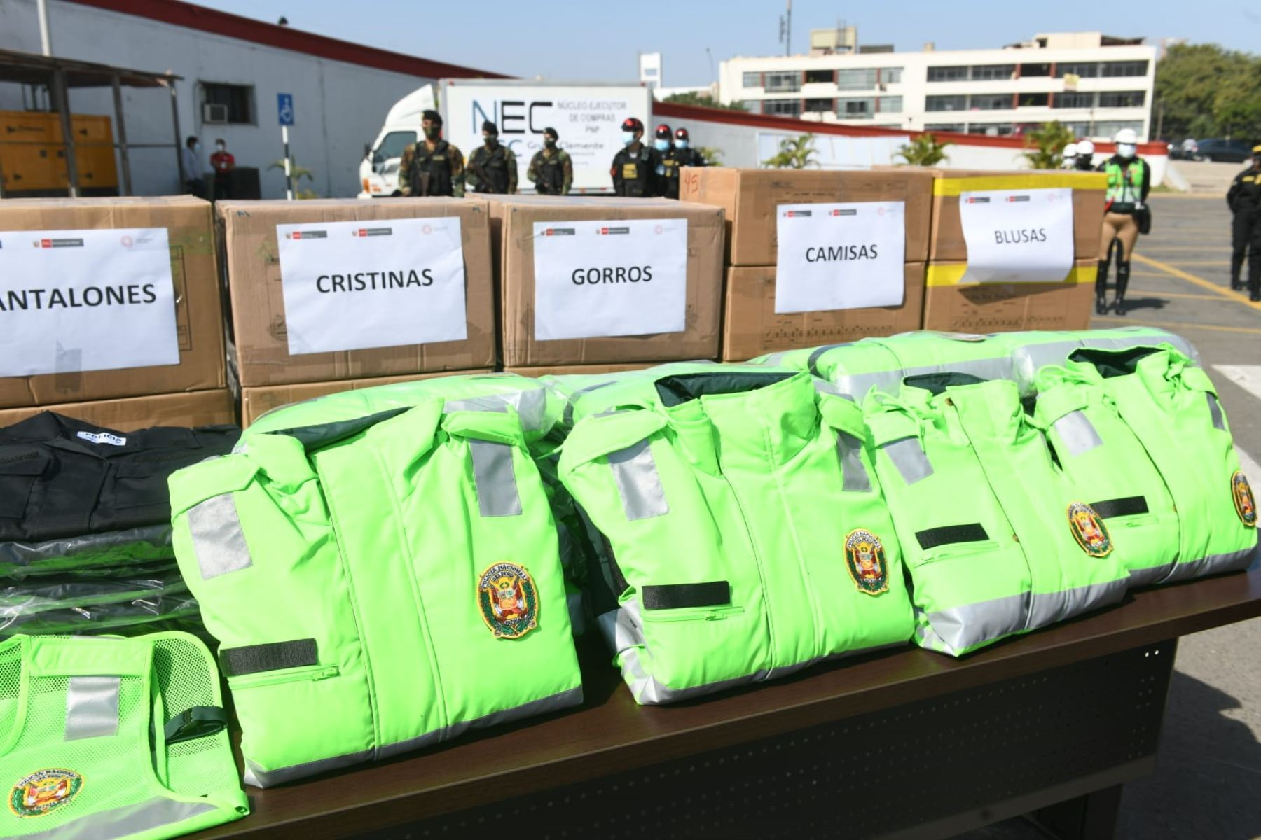 Son más de 830 000 prendas que serán entregadas a la PNP gracias a un convenio firmado entre el Núcleo Ejecutor de Compras (NEC) MYPErú y Midis Foncodes. Comprenden uniformes de oficina, así como vestimenta complementaria para policías varones y mujeres. Foto: Mininter