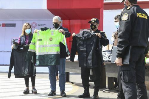 Ministro del Interior participa de entrega de prendas de vestir para la PNP producidas por las MYPE