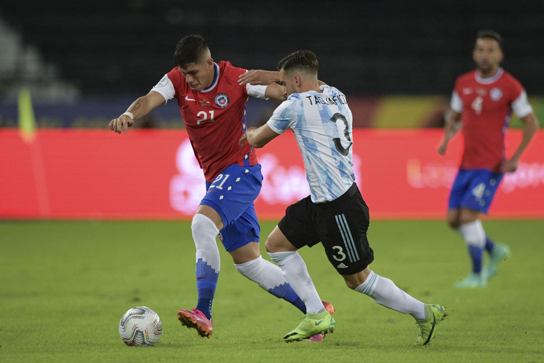 El chileno Carlos Palacios y el argentino Nicolás Tagliafico compiten por el balón durante el partido de la fase de grupos del torneo de fútbol Conmebol Copa América 2021 en el Estadio Nilton Santos en Río de Janeiro, Brasil. Foto: AFP