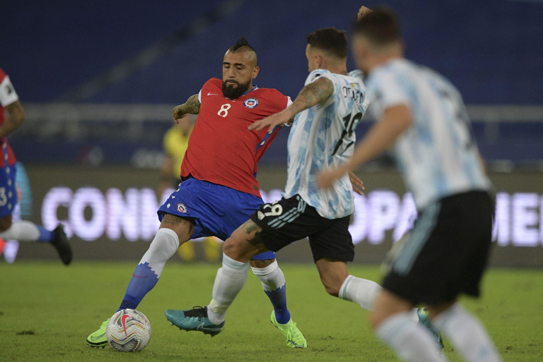 El chileno Arturo Vidal y el argentino Nicolás Otamendi compiten por el balón durante el partido de la fase de grupos del torneo de fútbol Conmebol Copa América 2021 en el Estadio Nilton Santos en Río de Janeiro, Brasil. Foto: AFP