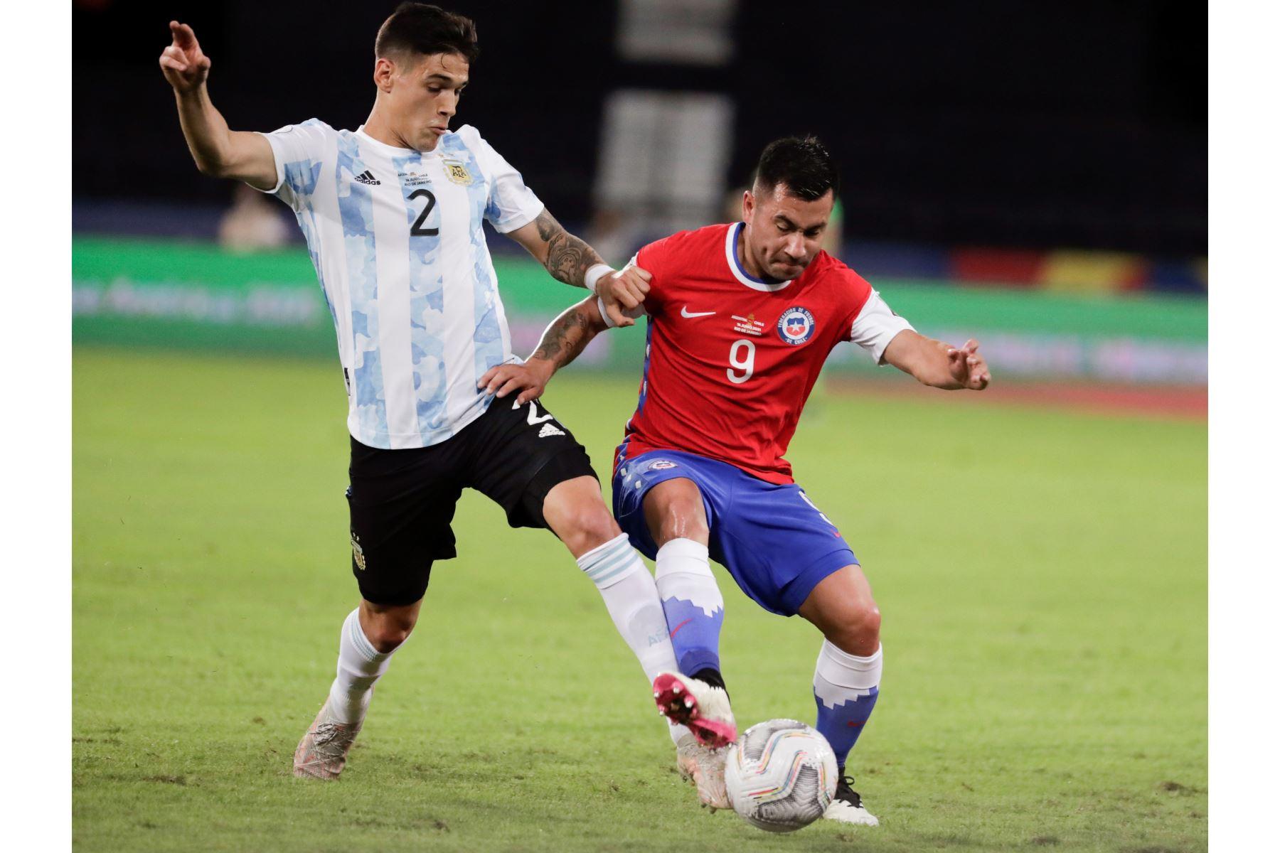 El jugador Lucas Martínez Quarta  de Argentina disputa hoy el balón con Jean Meneses de Chile, durante un partido de la Copa América en el estadio Olímpico Nilton Santos, en Río de Janeiro. Foto: EFE