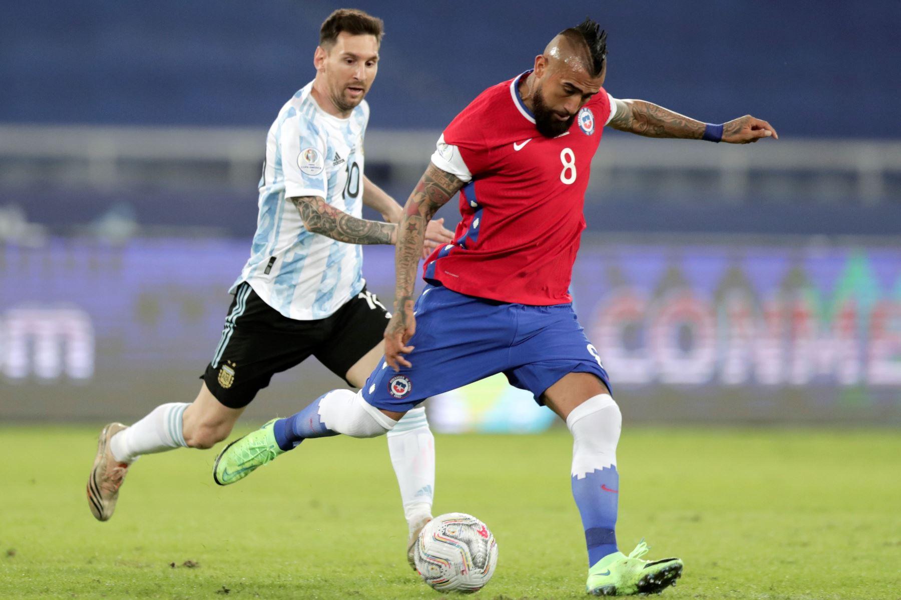 Lionel Messi de Argentina disputa un balón con Arturo Vidal de Chile hoy, en un partido del grupo B de la Copa América entre las selecciones de Argentina y Chile en el estadio Olímpico Nilton Santos en Río de Janeiro (Brasil). Foto: EFE