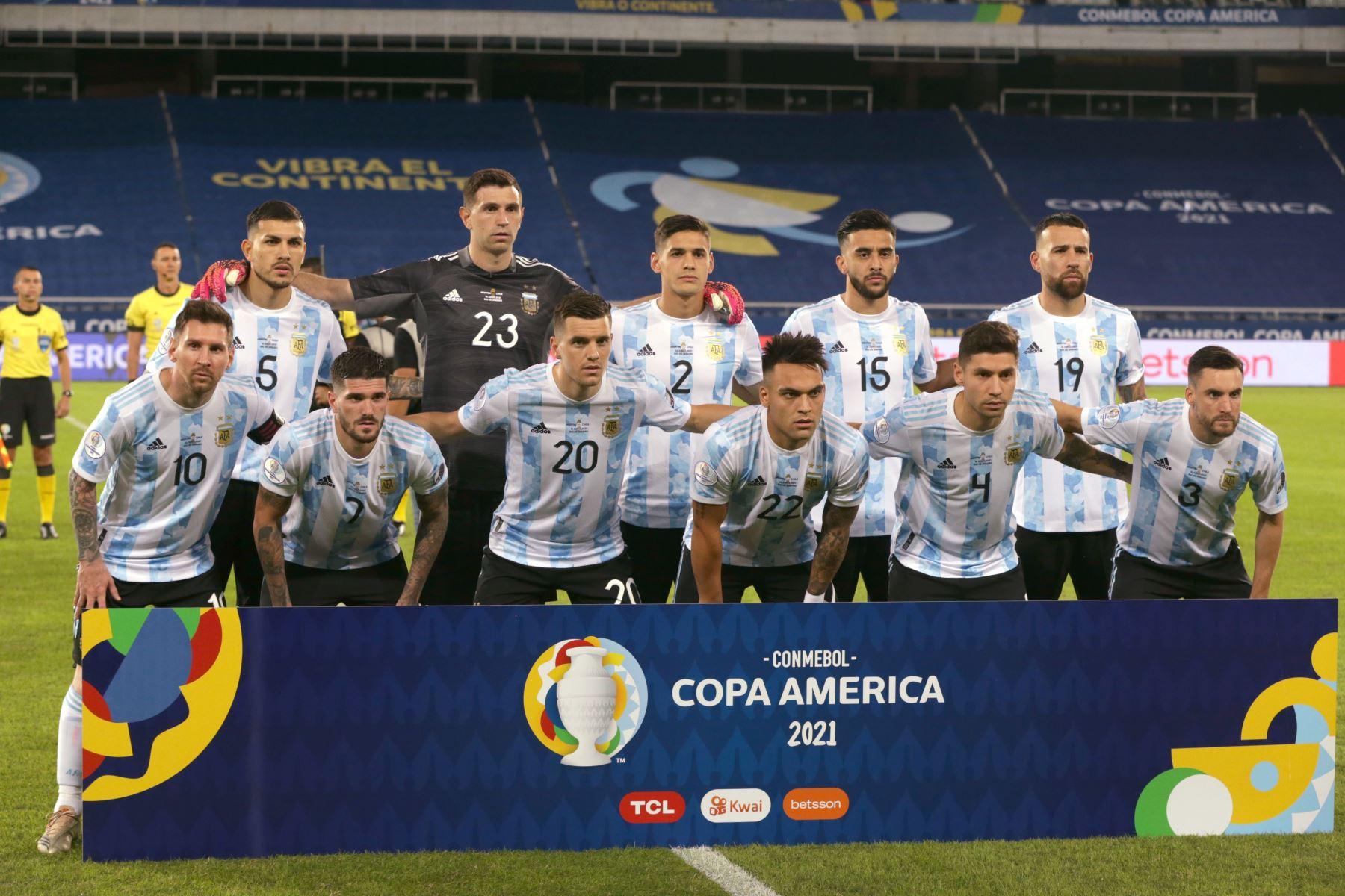 Jugadores de Argentina forman hoy, previo a un partido del grupo B de la Copa América entre las selecciones de Argentina y Chile en el estadio Olímpico Nilton Santos en Río de Janeiro (Brasil). Foto: EFE