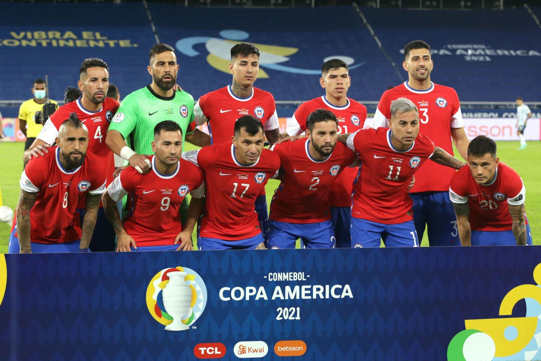 Jugadores de Chile forman hoy, previo a un partido del grupo B de la Copa América entre las selecciones de Argentina y Chile en el estadio Olímpico Nilton Santos en Río de Janeiro (Brasil).  Foto: EFE