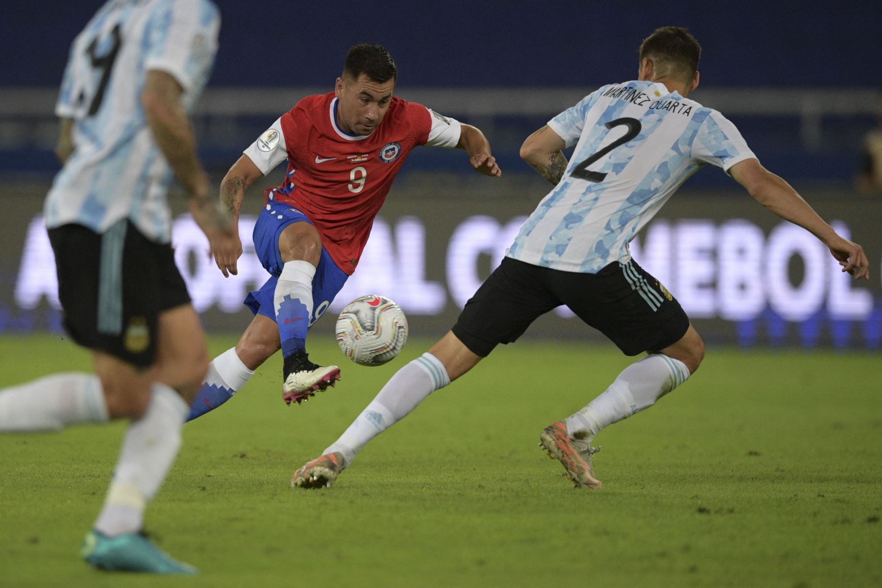 El chileno Jean Meneses lleva el balón mientras el argentino Lucas Martínez Quarta lo marca durante el partido de la fase de grupos del torneo de fútbol Conmebol Copa América 2021 en el Estadio Nilton Santos en Río de Janeiro, Brasil. Foto: AFP