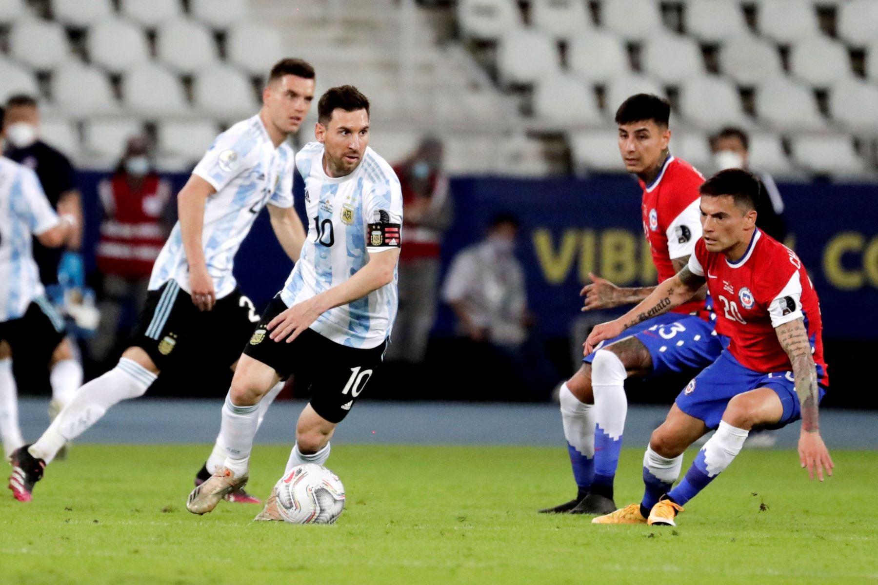 El jugador Lionel Messi de Argentina toma hoy el balón ante la marca de Charles Aránguiz de Chile, durante un partido de la Copa América en el estadio Olímpico Nilton Santos, en Río de Janeiro (Brasil).  Foto: EFE