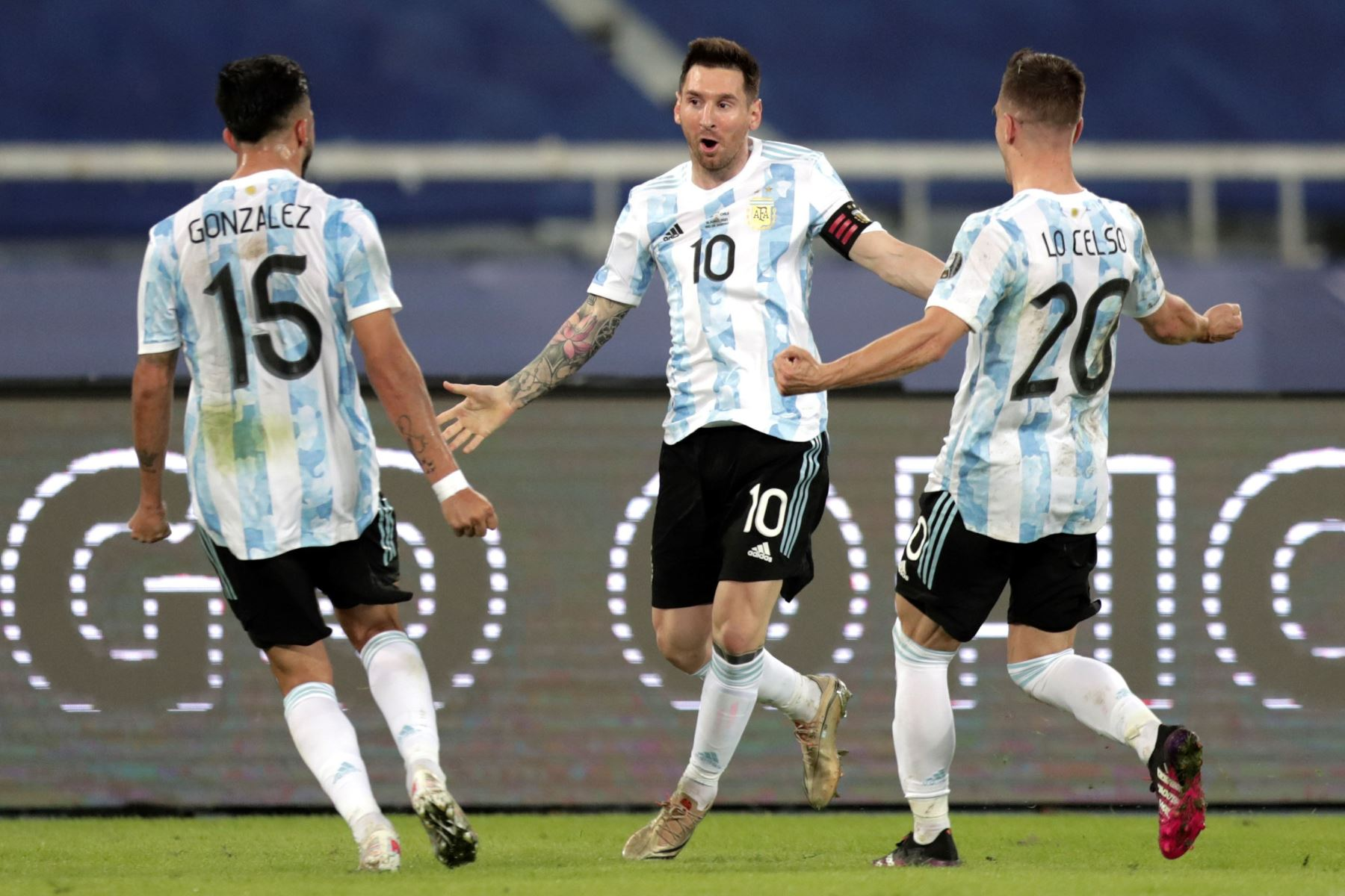 Lionel Messi de Argentina celebra un gol con sus compañeros Giovani Lo Celso y Nicolás González , en un partido del grupo B de la Copa América entre las selecciones de Argentina y Chile en el estadio Olímpico Nilton Santos en Río de Janeiro (Brasil).  Foto: EFE