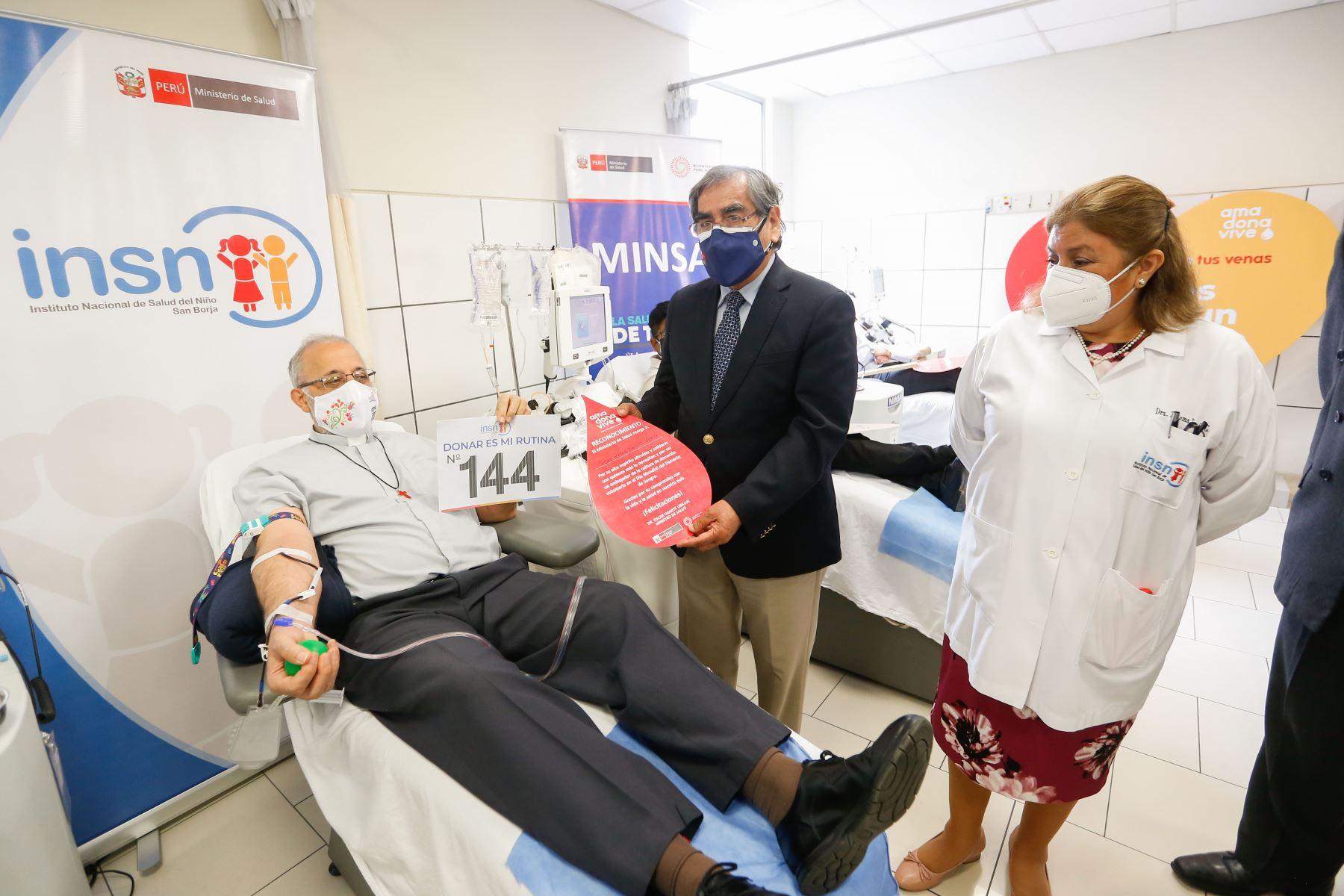 Ministro de Salud, Óscar Ugarte, en el marco del día mundial del donante de sangre, inaugura la ruta del donante en el Instituto Nacional de Salud del Niño - San Borja. Foto: Minsa